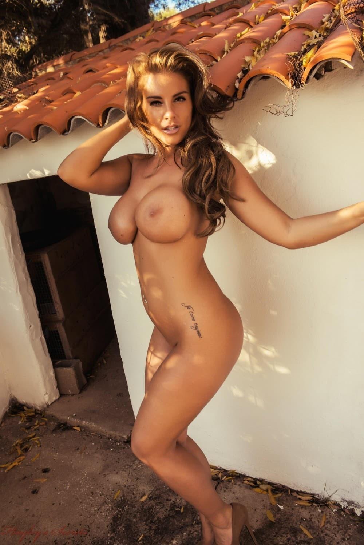 Аппетитная девушка в боди с огромными дойками - фото