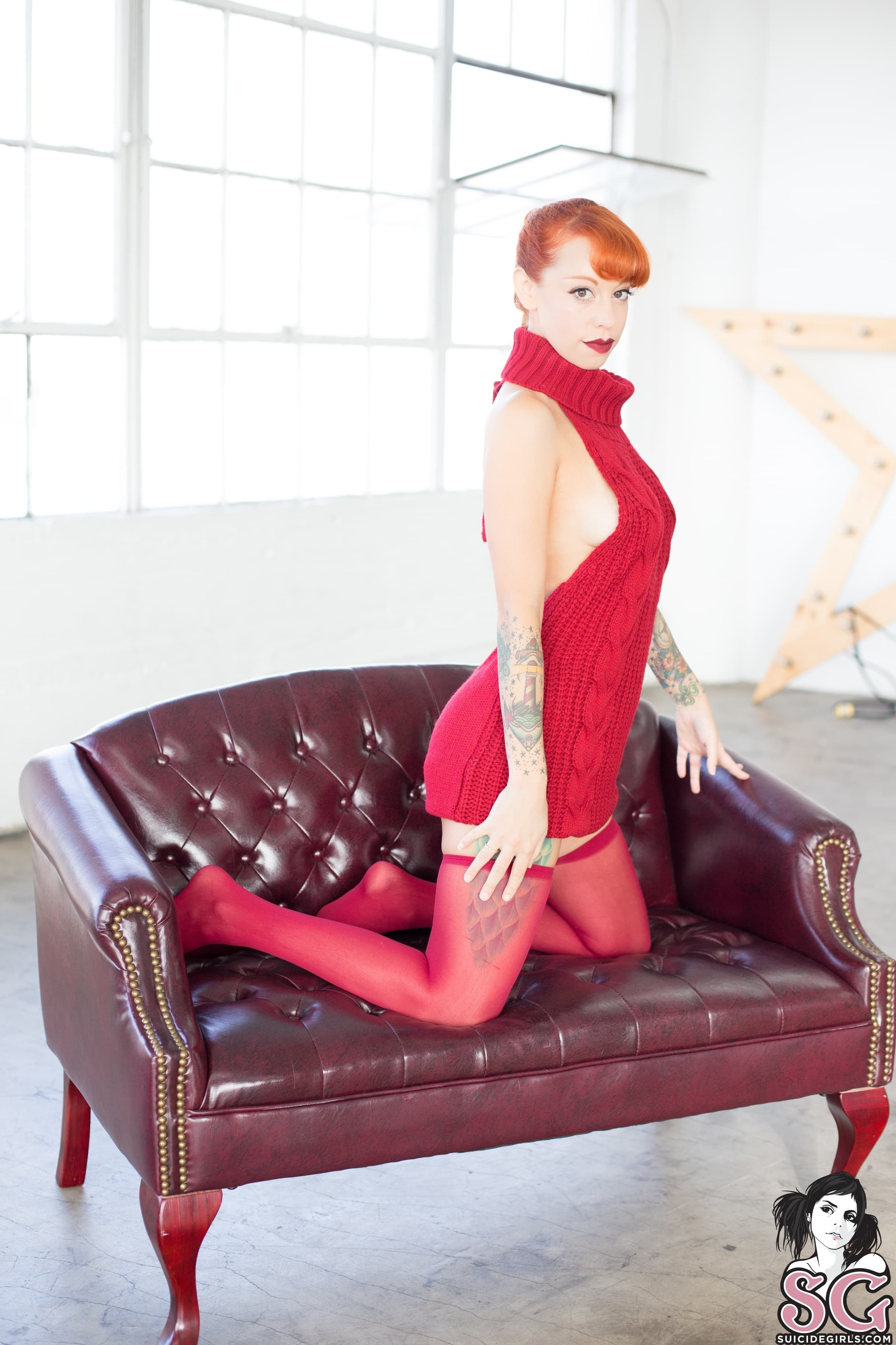Рыжая баба в чулочках прогнулась раком на диване - фото