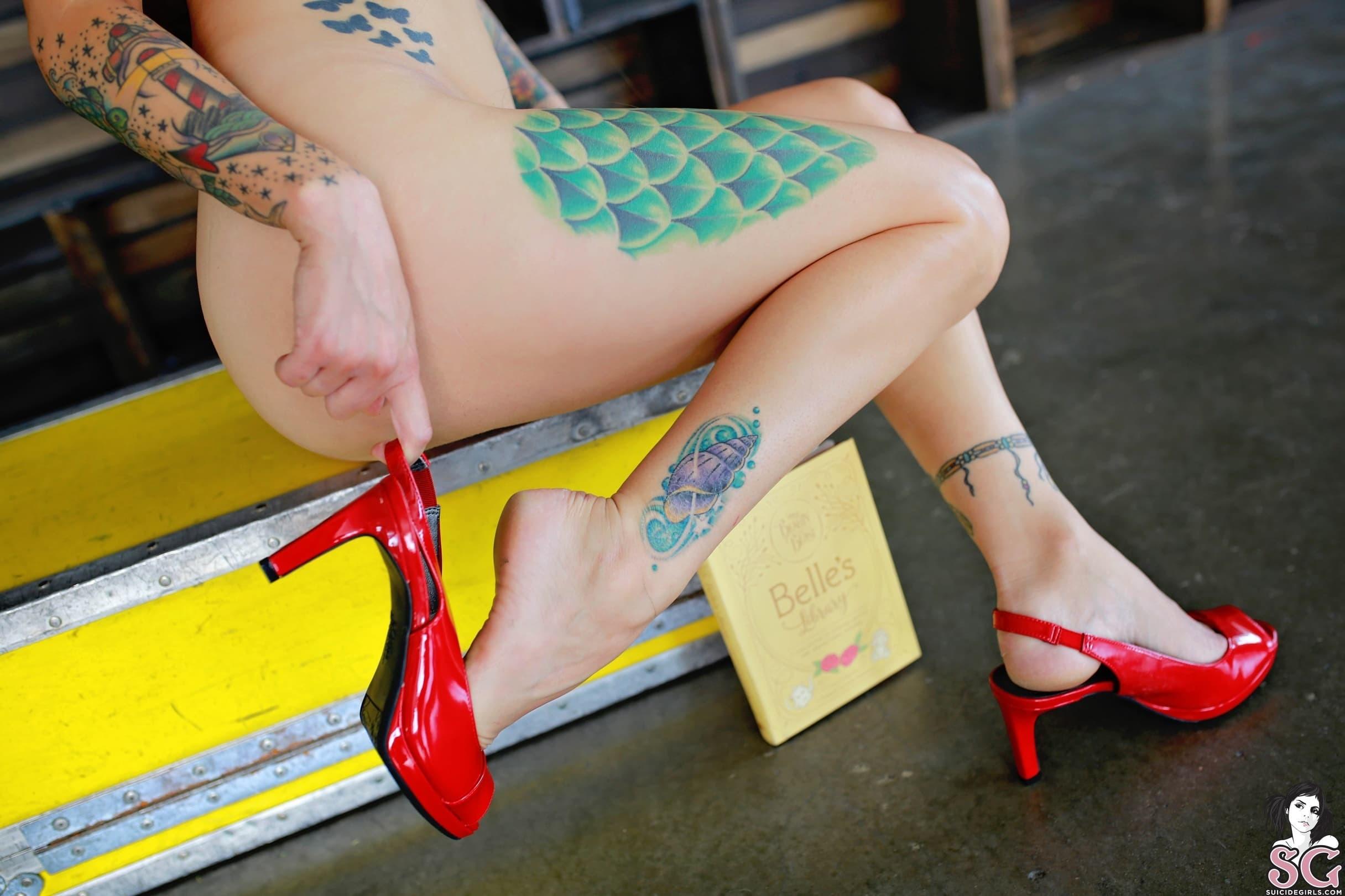 Милая голая девушка в туфлях с большими сосками  - фото