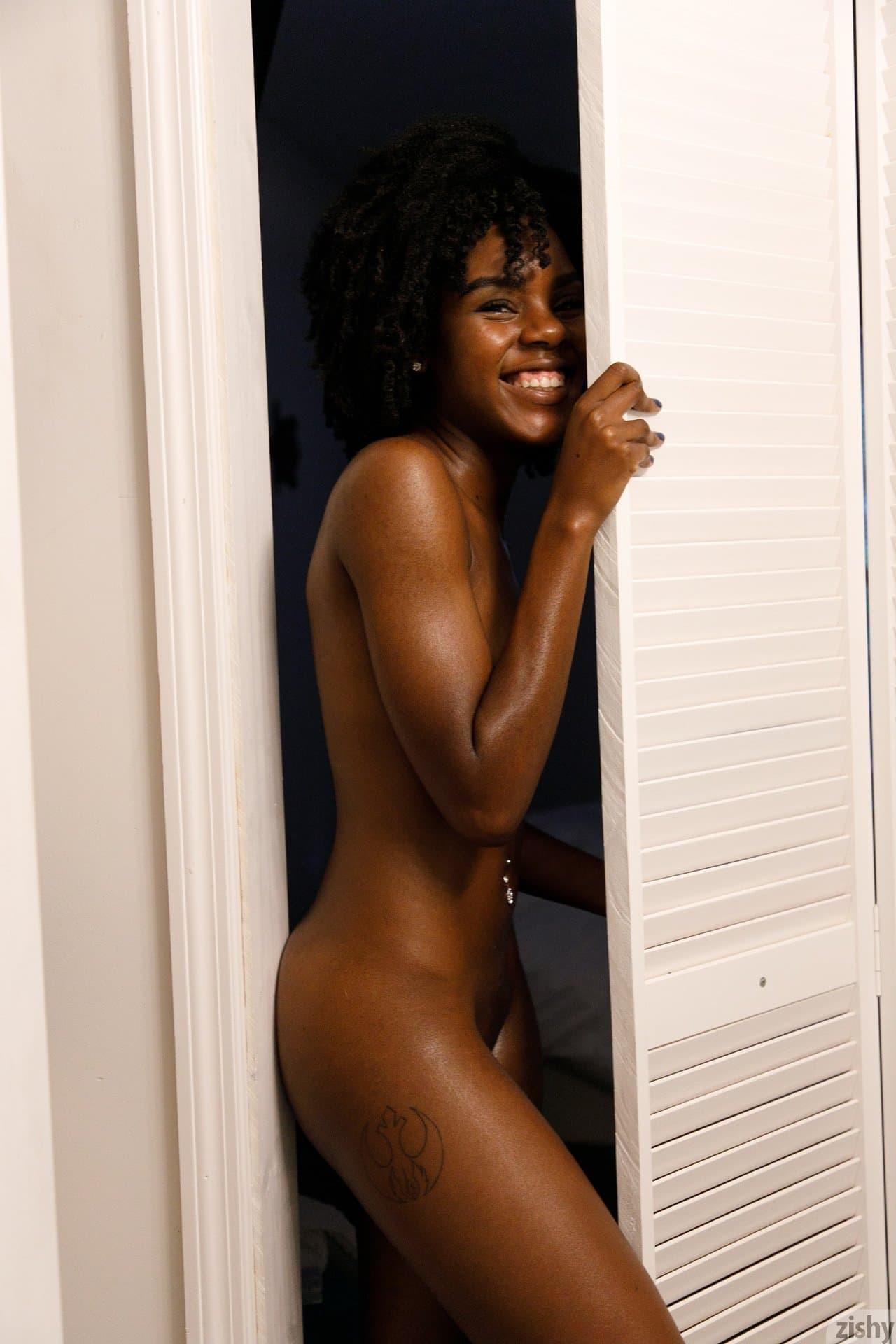 Черная девушка с крупной попой и маленькой грудью - фото