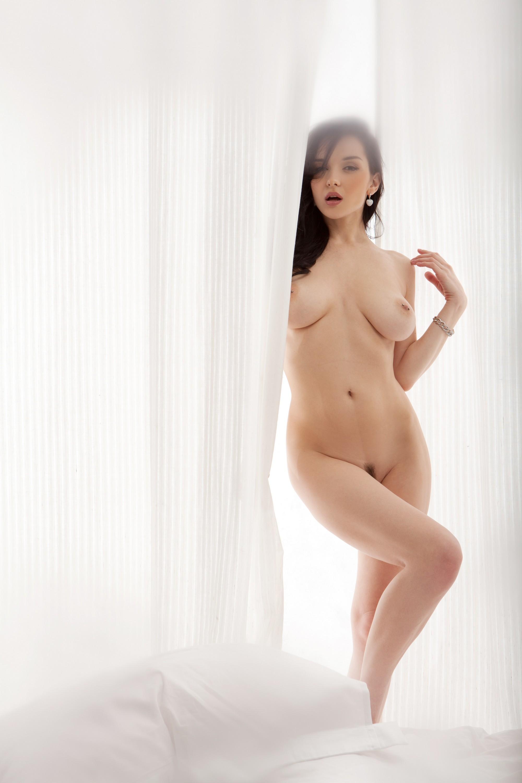 Голая девушка с крупным сиськами и пирсингом в сосках - фото