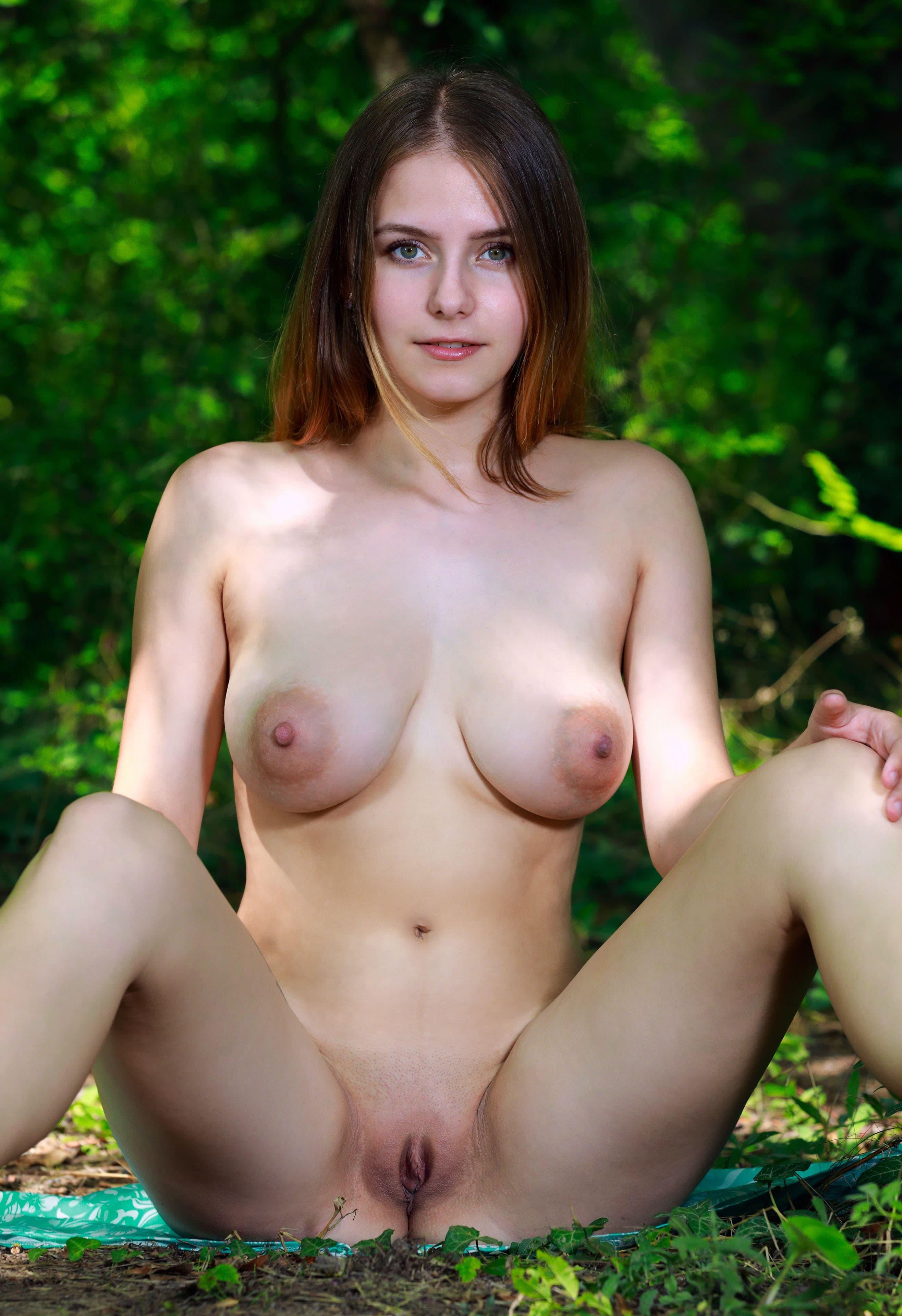 Милая девушка с большими висячими сиськами на природе - фото