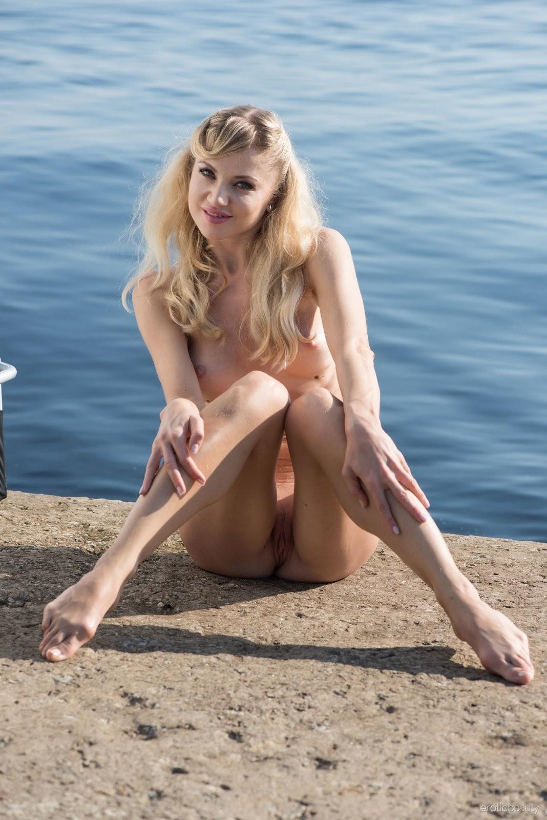 Высокая блондинка с упругими сиськами - фото
