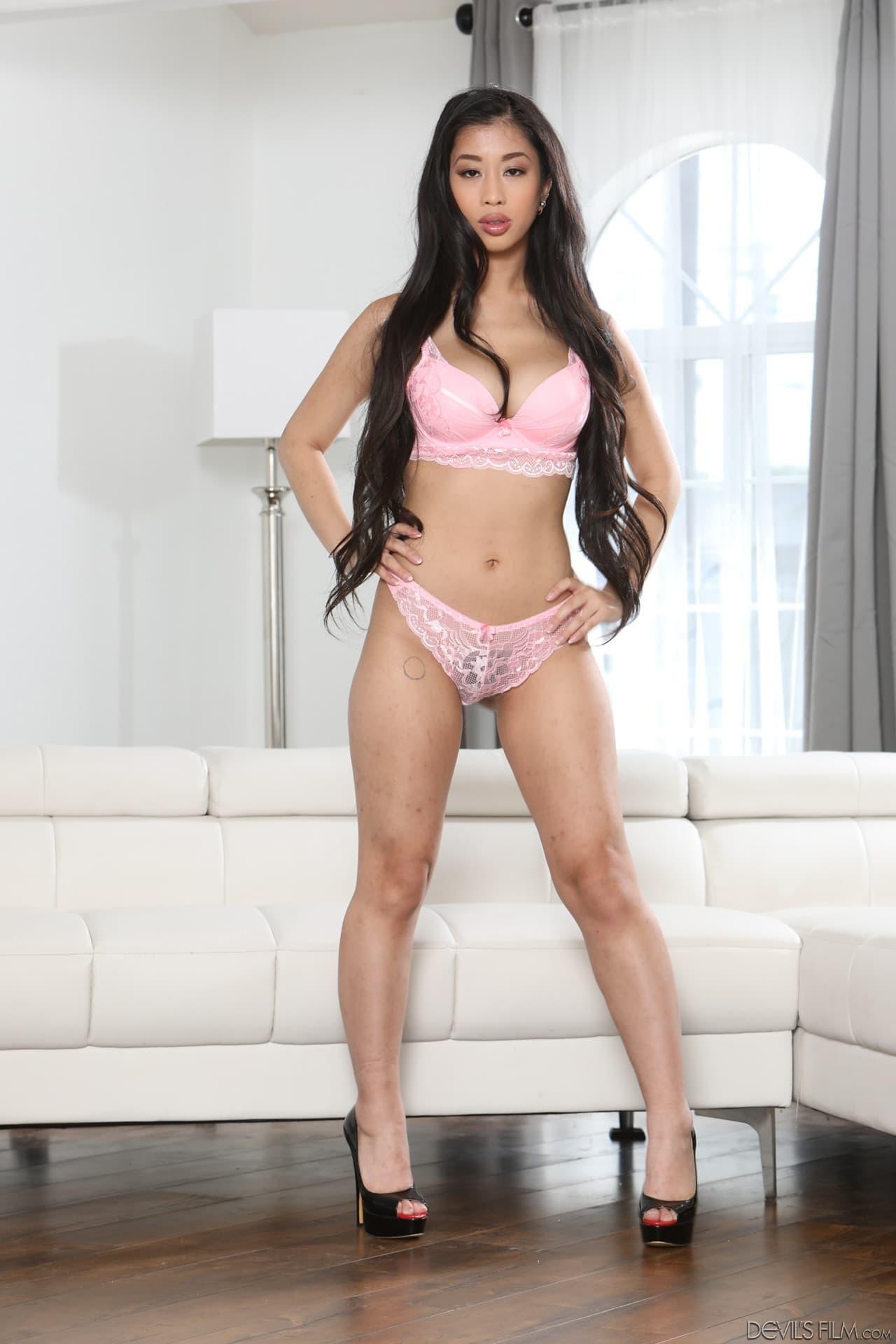 Грудастая азиатка в розовом белье - фото