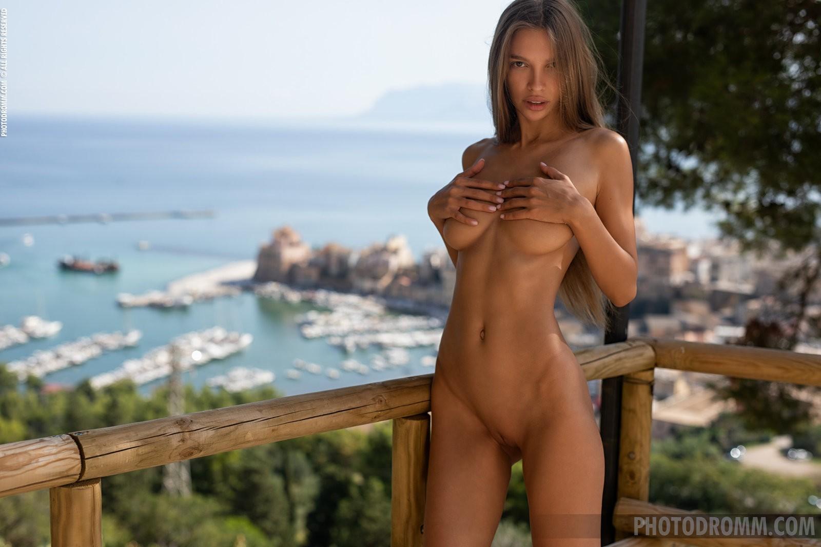 Сексуальная девушка с красивой грудью - фото