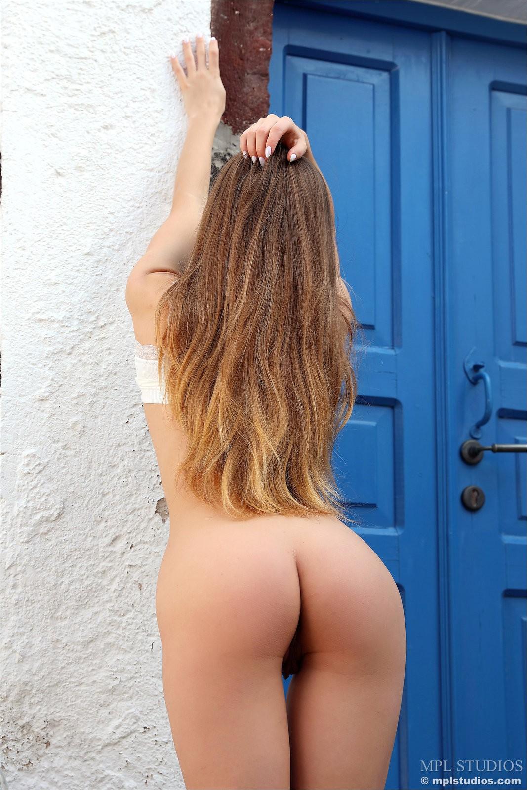 Девушка сняла юбку и оттопырила попку - фото