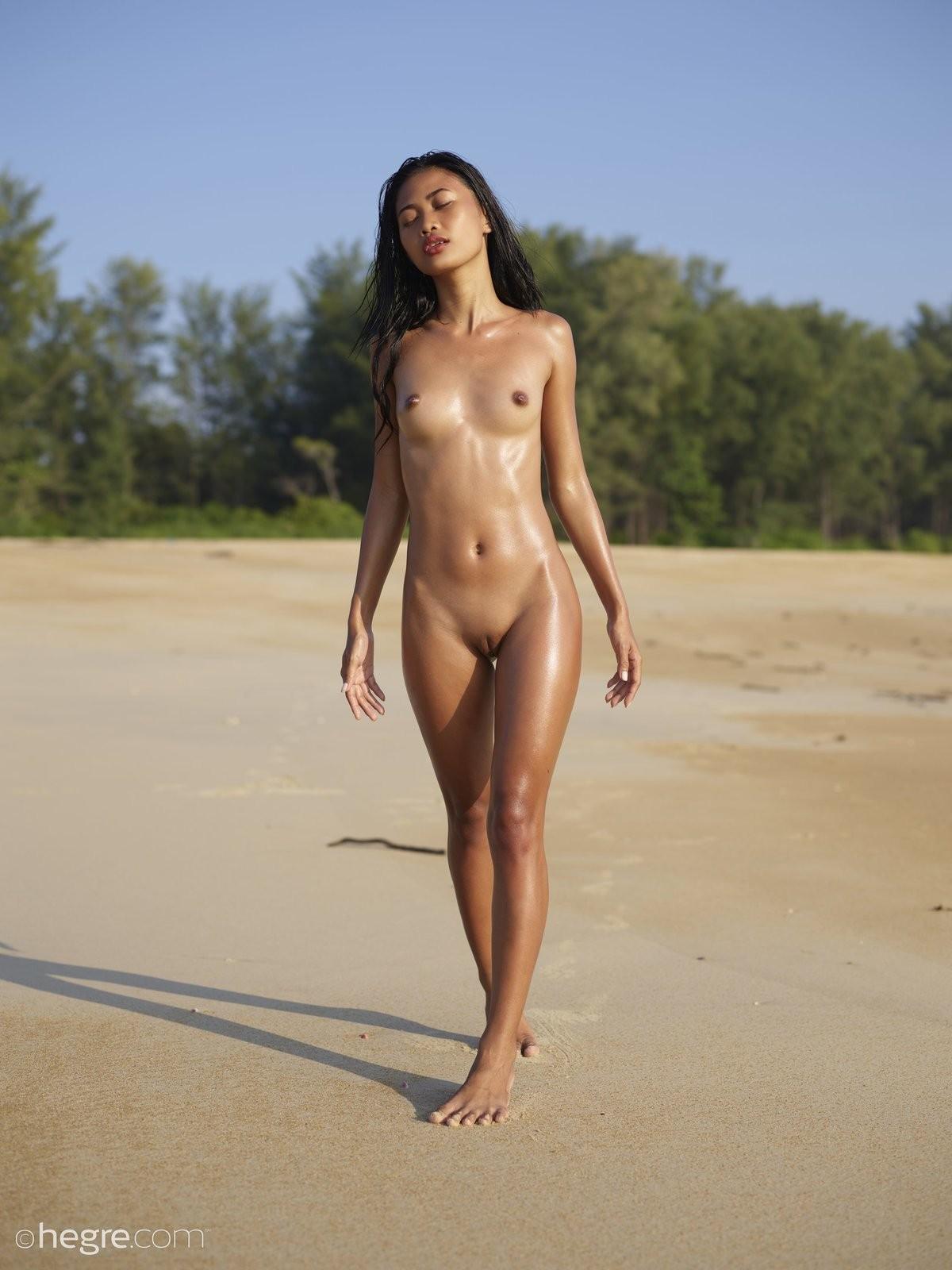 Азиатка с плоскими сиськами на пляже - фото