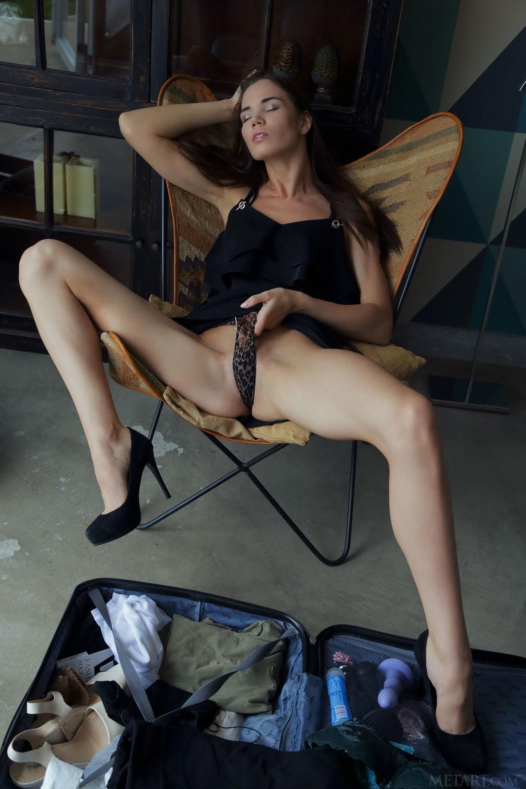 Длинноногая девушка с тощей жопой - фото