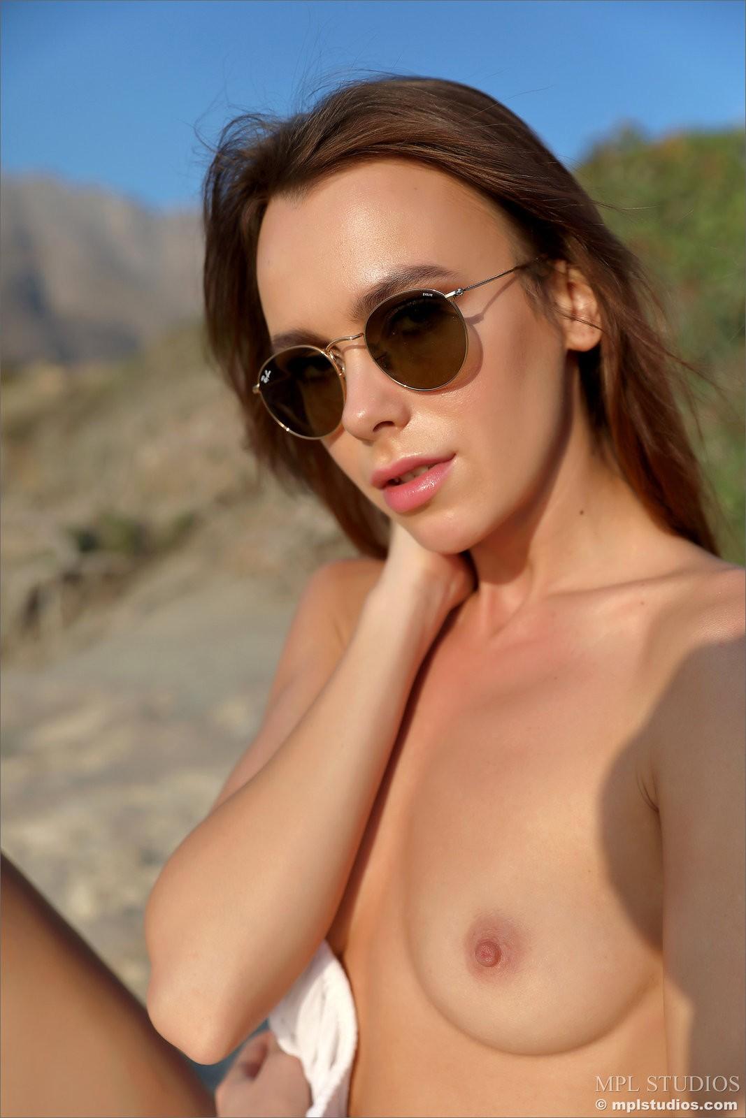 Стройная девушка с сексуальной писькой - фото