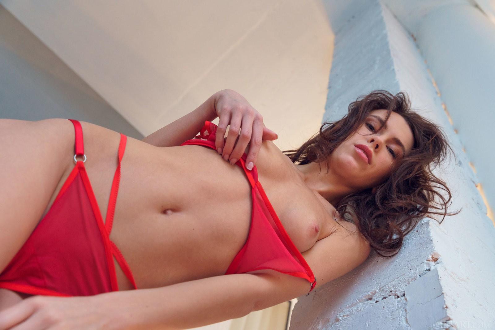 Худая шатенка снимает красное нижнее бельё - фото
