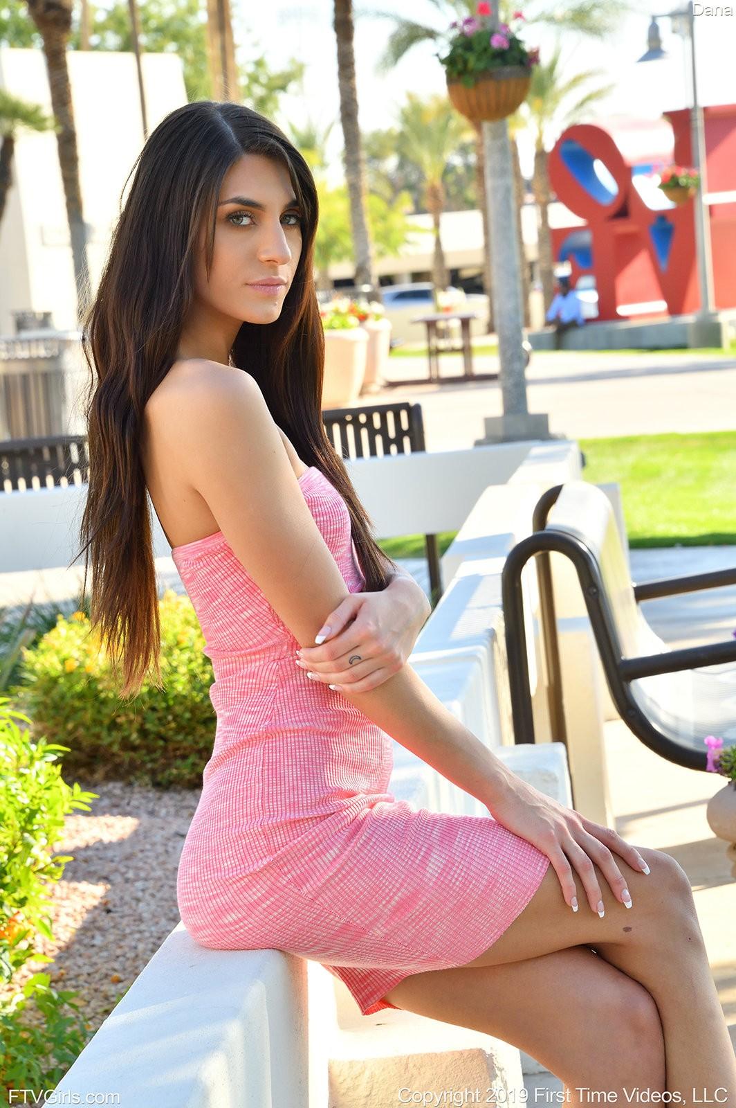 Стройная девушка в платье без трусов - фото