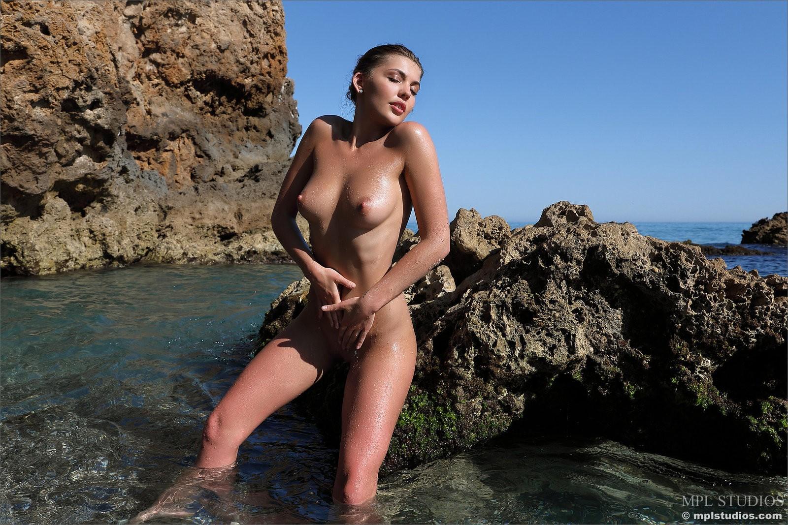 Девка с сексуальным мокрым телом - фото