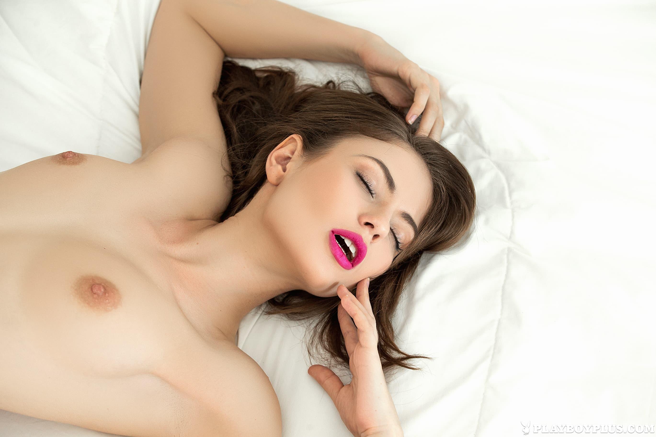 Девица в красивом нижнем белье на кровати - фото