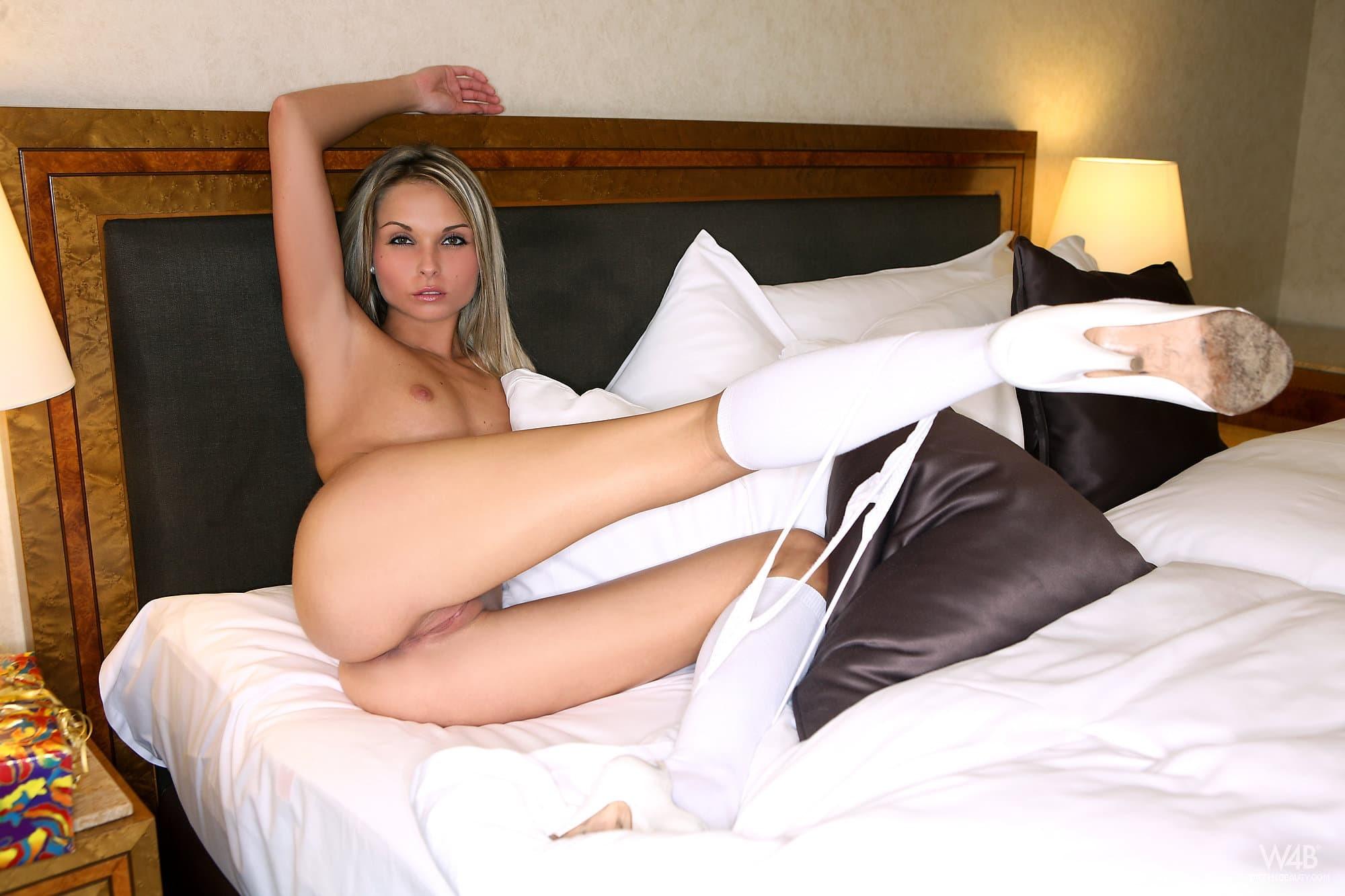 Блондинка в белых гольфах и стрингах - фото