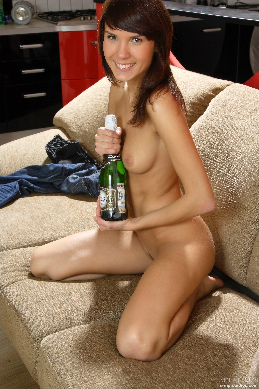 Девушка без белья позирует на диване - фото