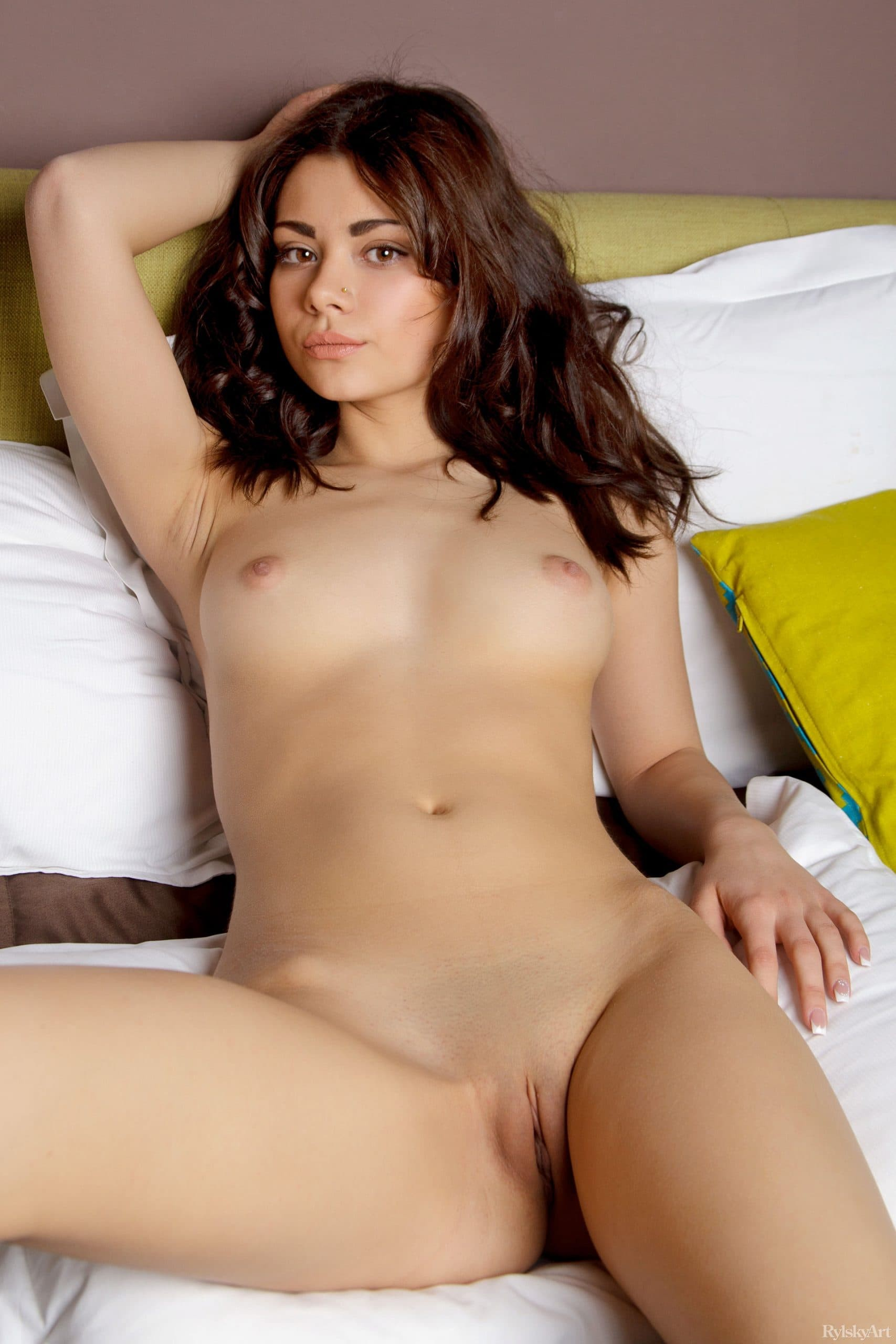 Красавица со сладкой бритой киской - фото