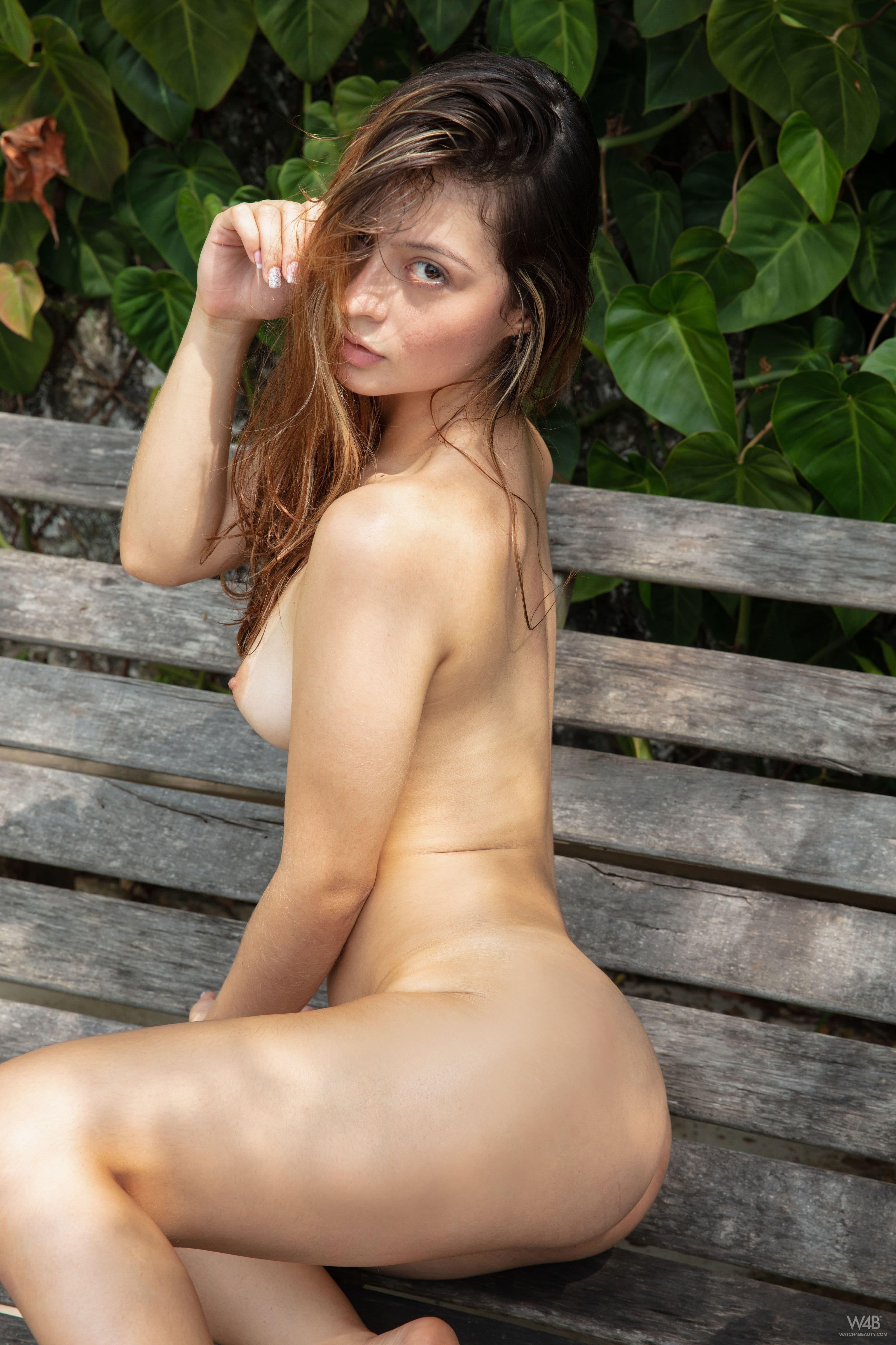 Голая девушка с сексуальной жопой в парке - фото