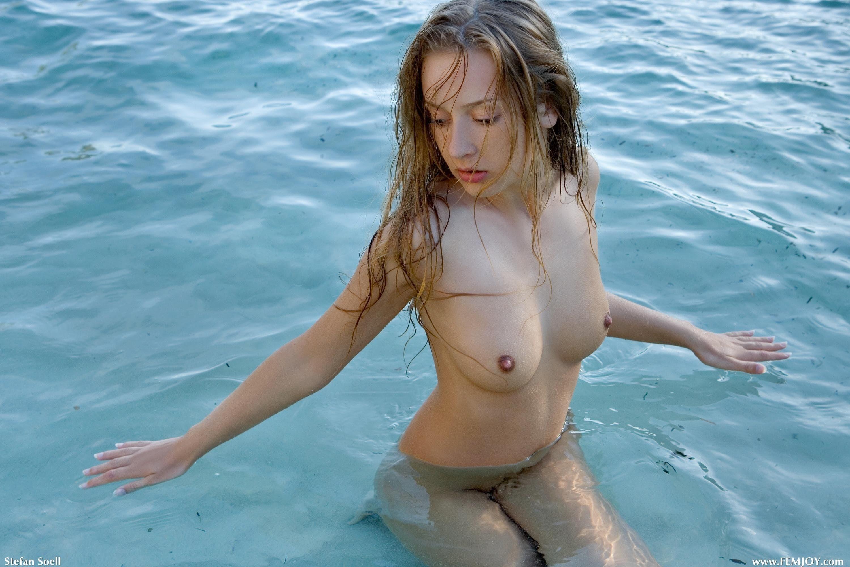 Упругая голая жена на пляже - фото
