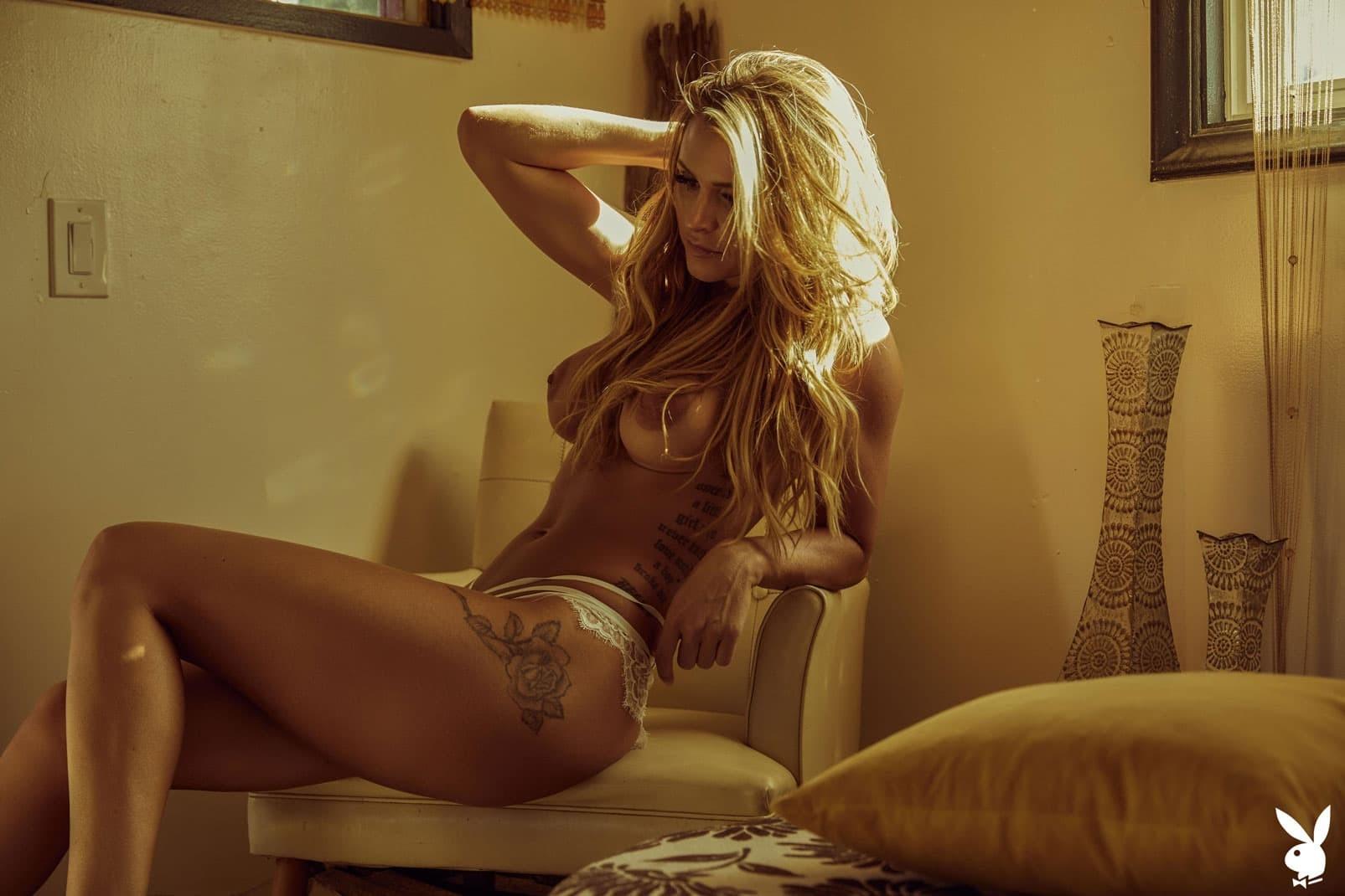 Модель с красивой грудью сняла стринги - фото