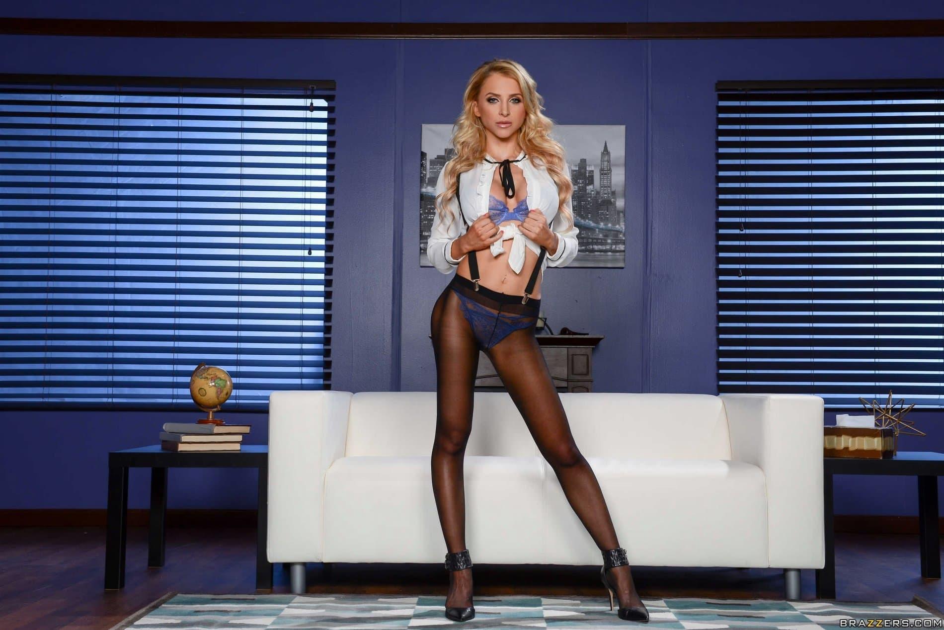 Стройная блондинка с силиконовыми сиськами - фото