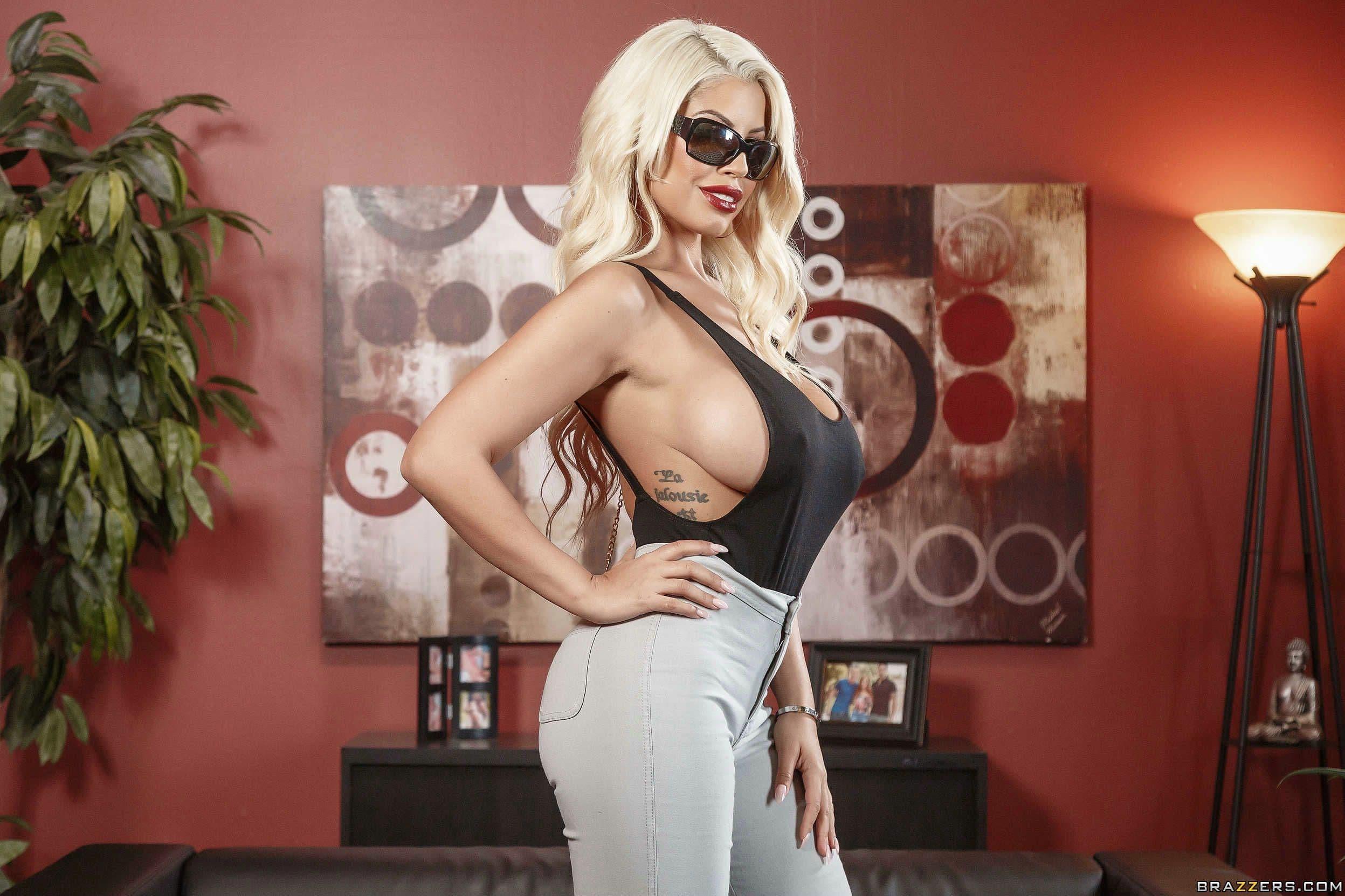 Милфа блондинка с пышными сиськами и жопой - фото