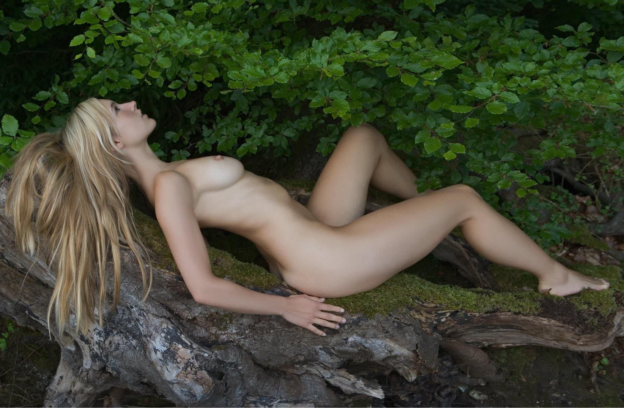 Голая блондинка с упругими сиськами на природе - фото