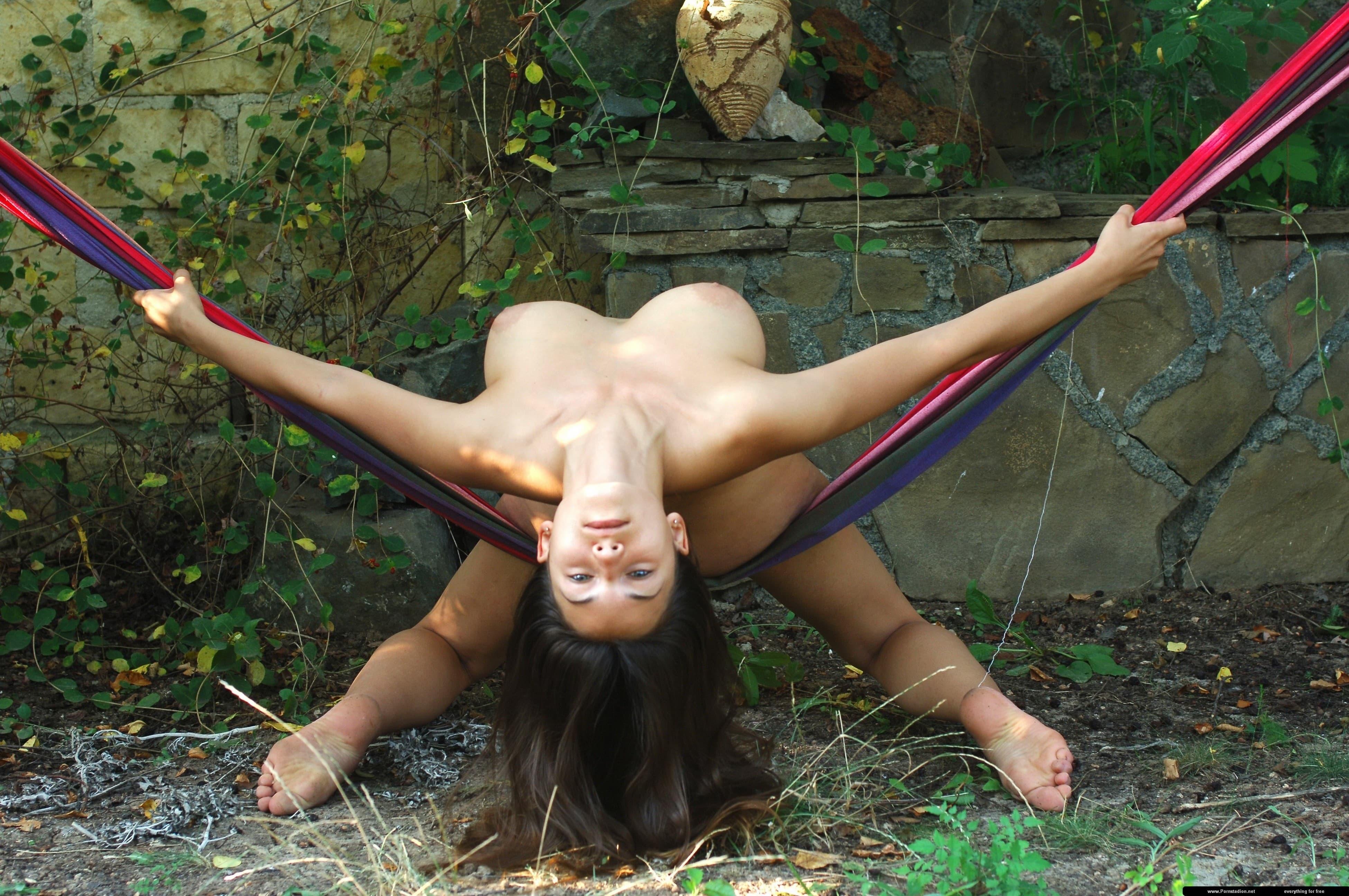 Голая девушка с огромными сиськами в гамаке - фото