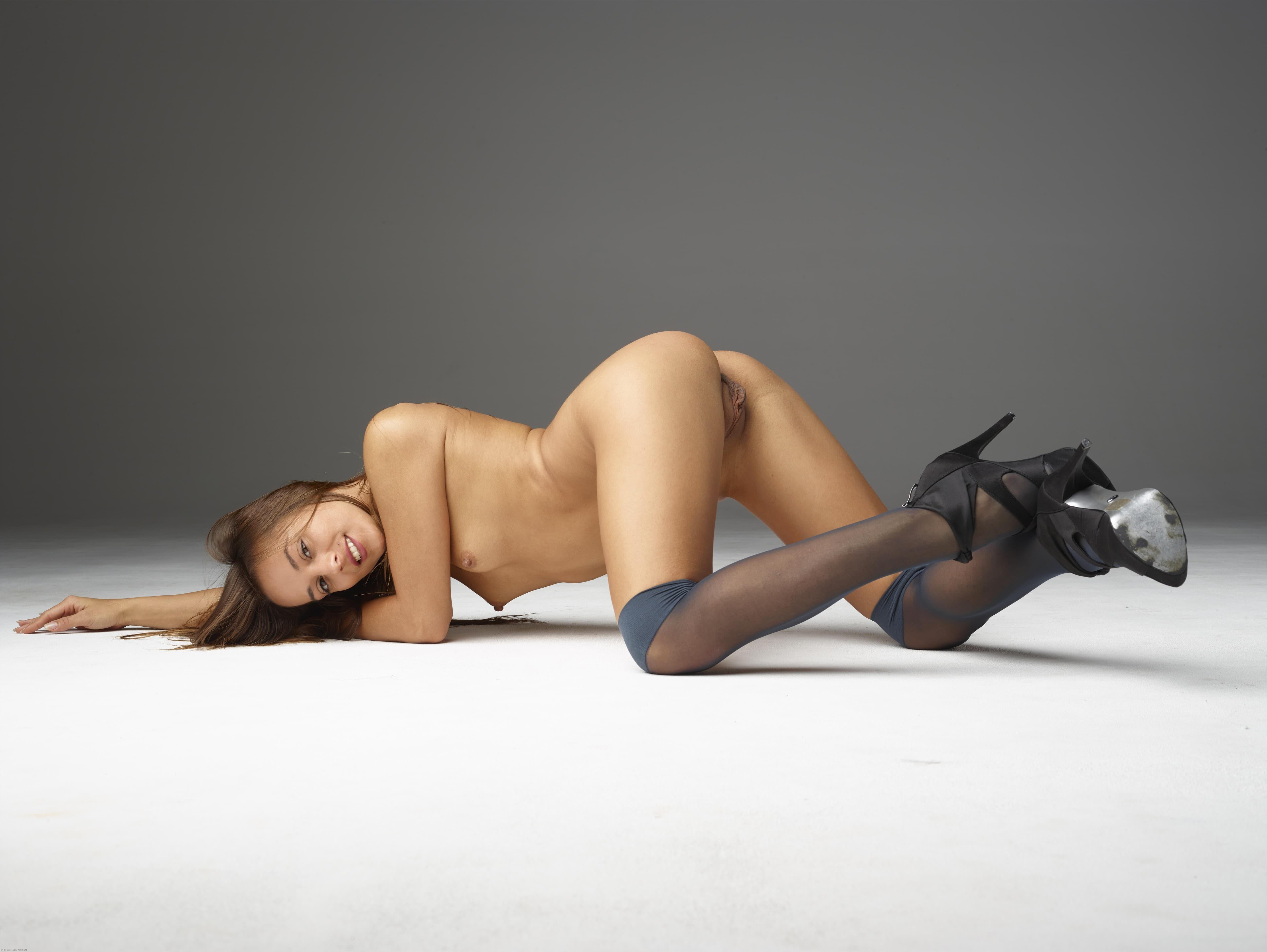 Голая шатенка в чулках и туфлях раком - фото