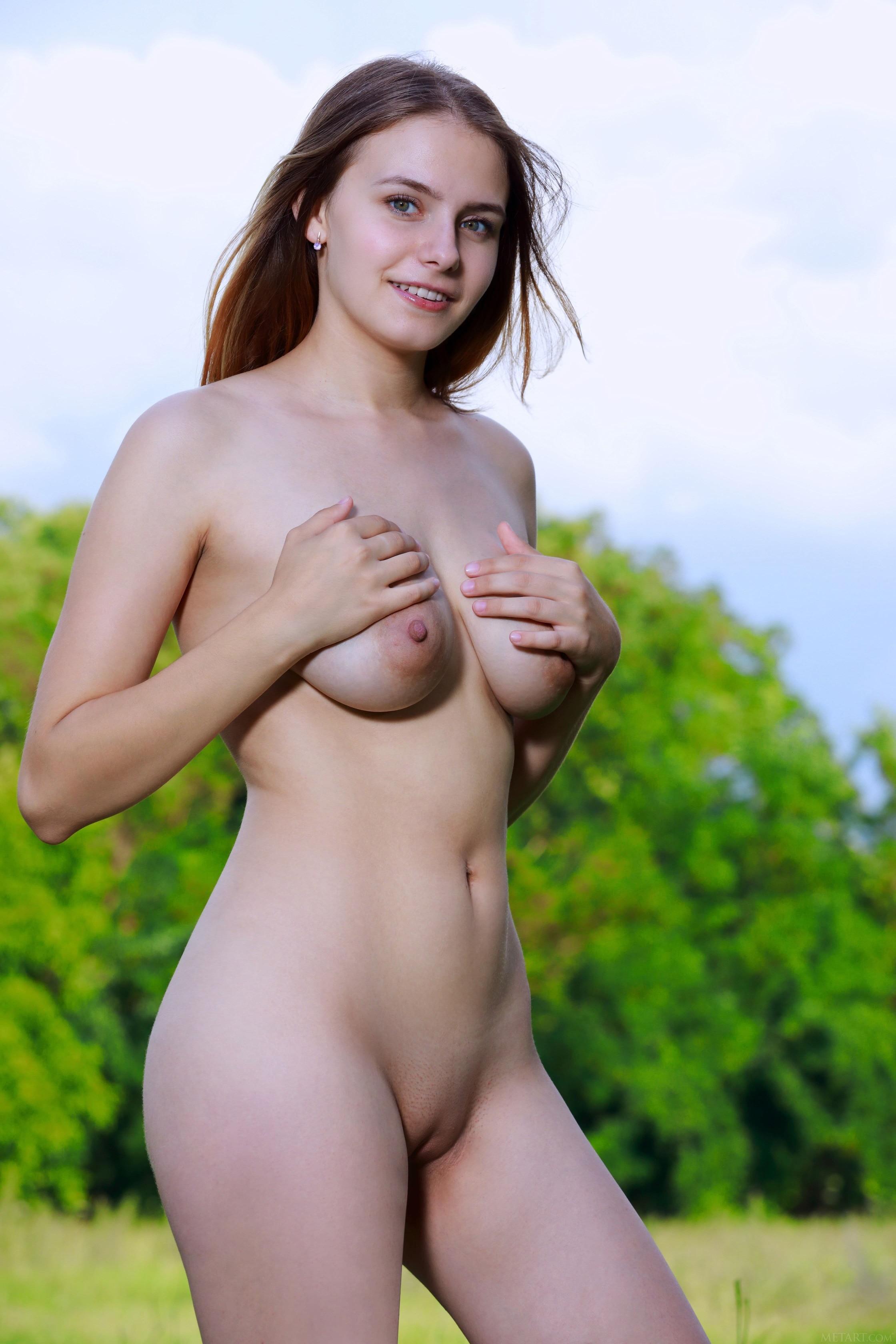 Голенькая молодая девушка на газоне - фото