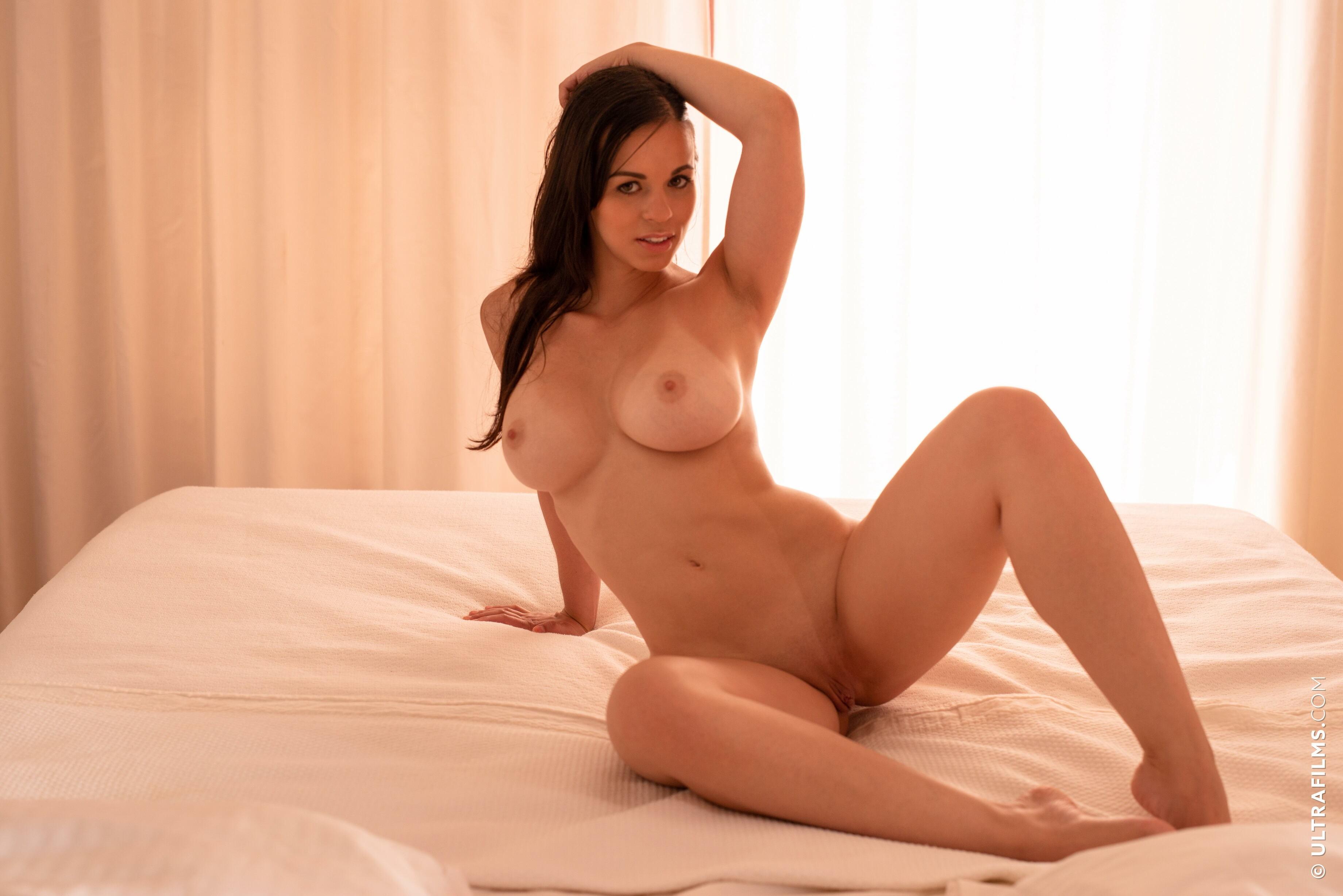 Голая девушка с большой грудью - фото