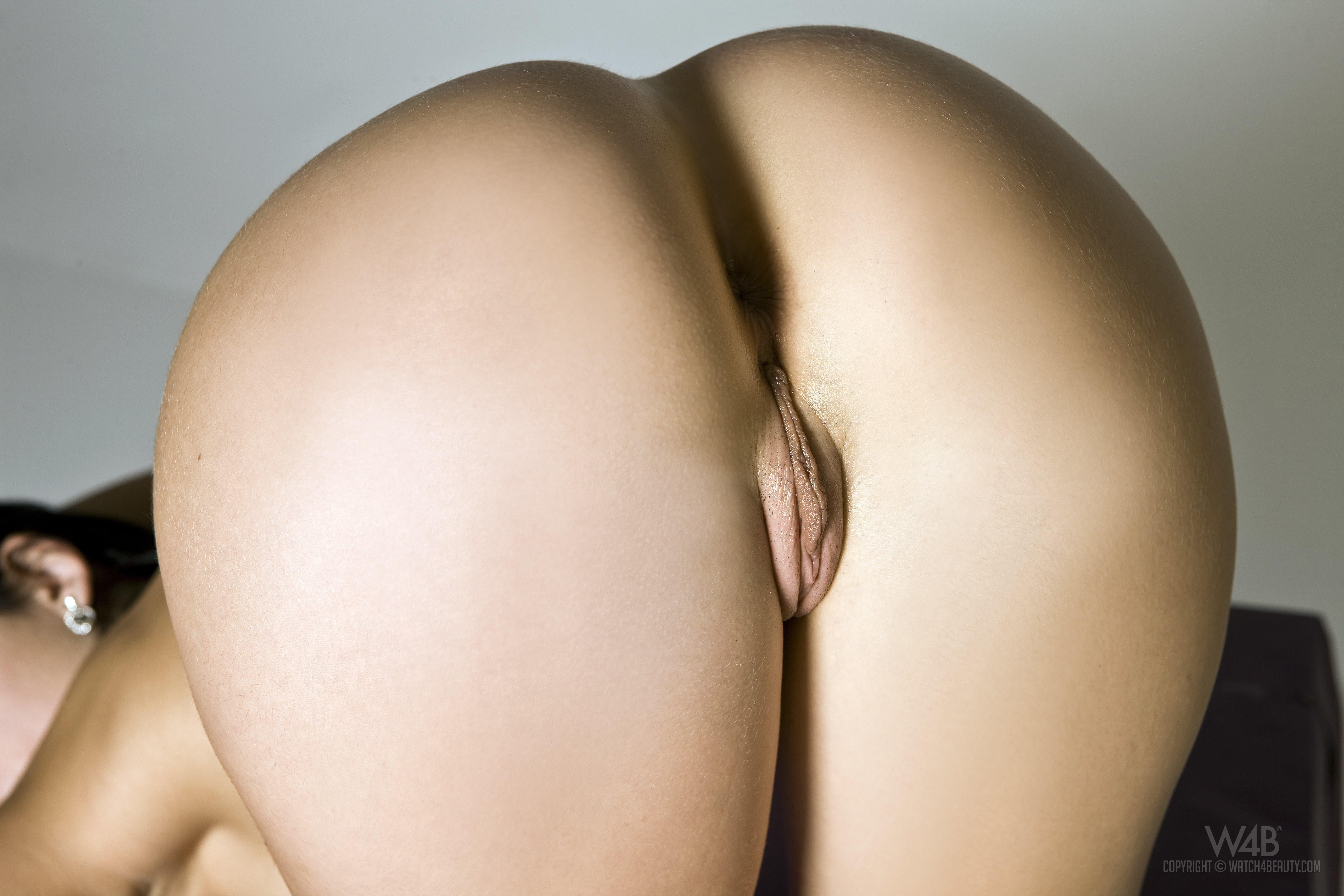 Голая брюнетка с красивой жопой нагибается - фото