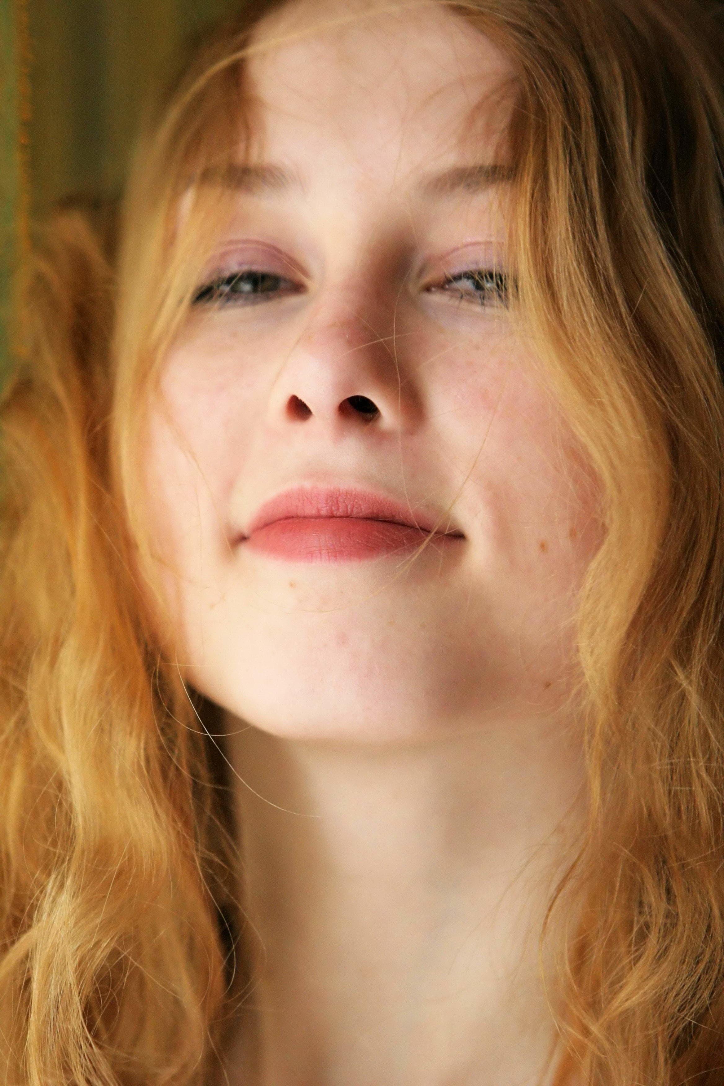 Блондинка с большой висячей грудью и волосатой писькой - фото