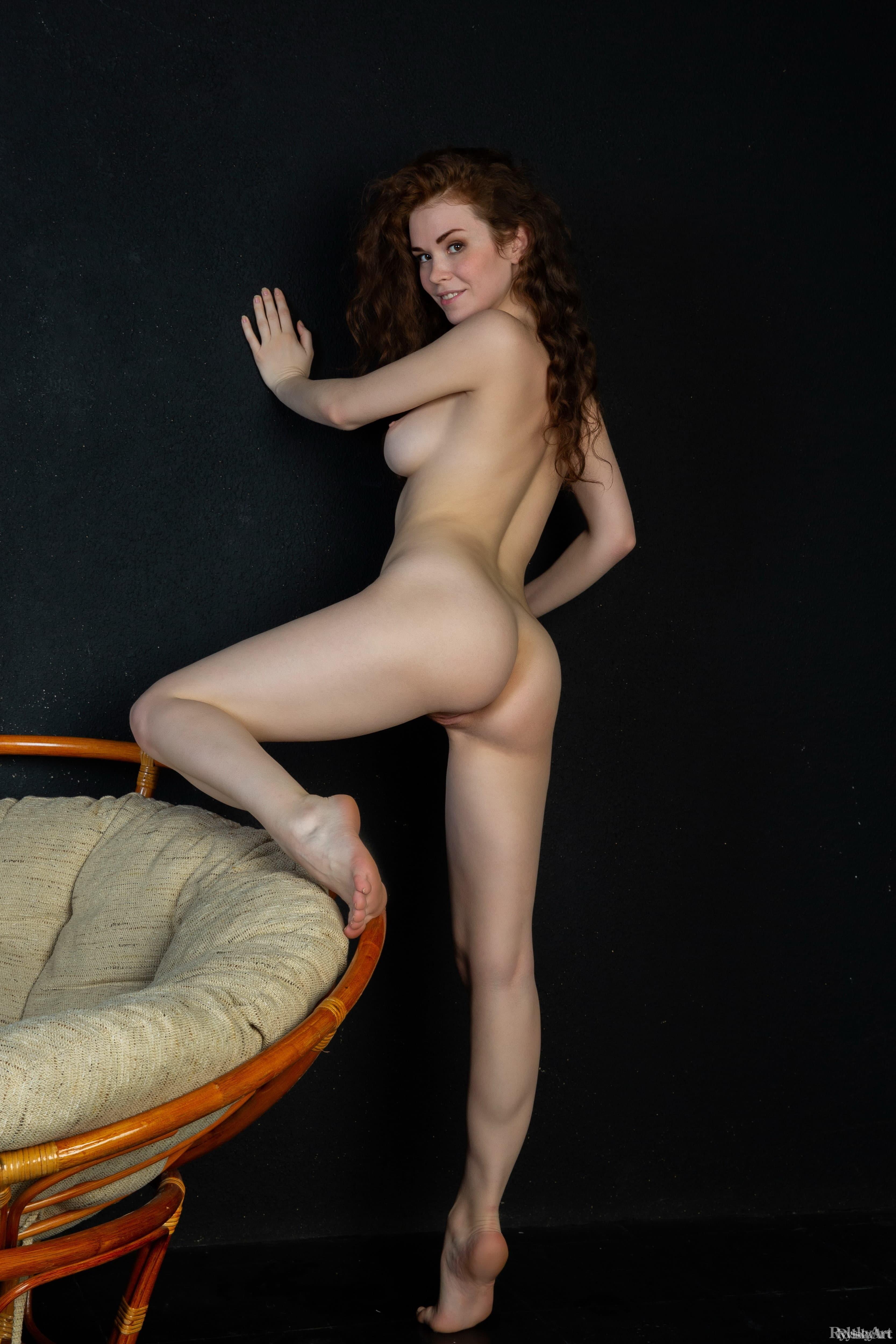 Раздетая девица с красивой попой улеглась на кресле - фото