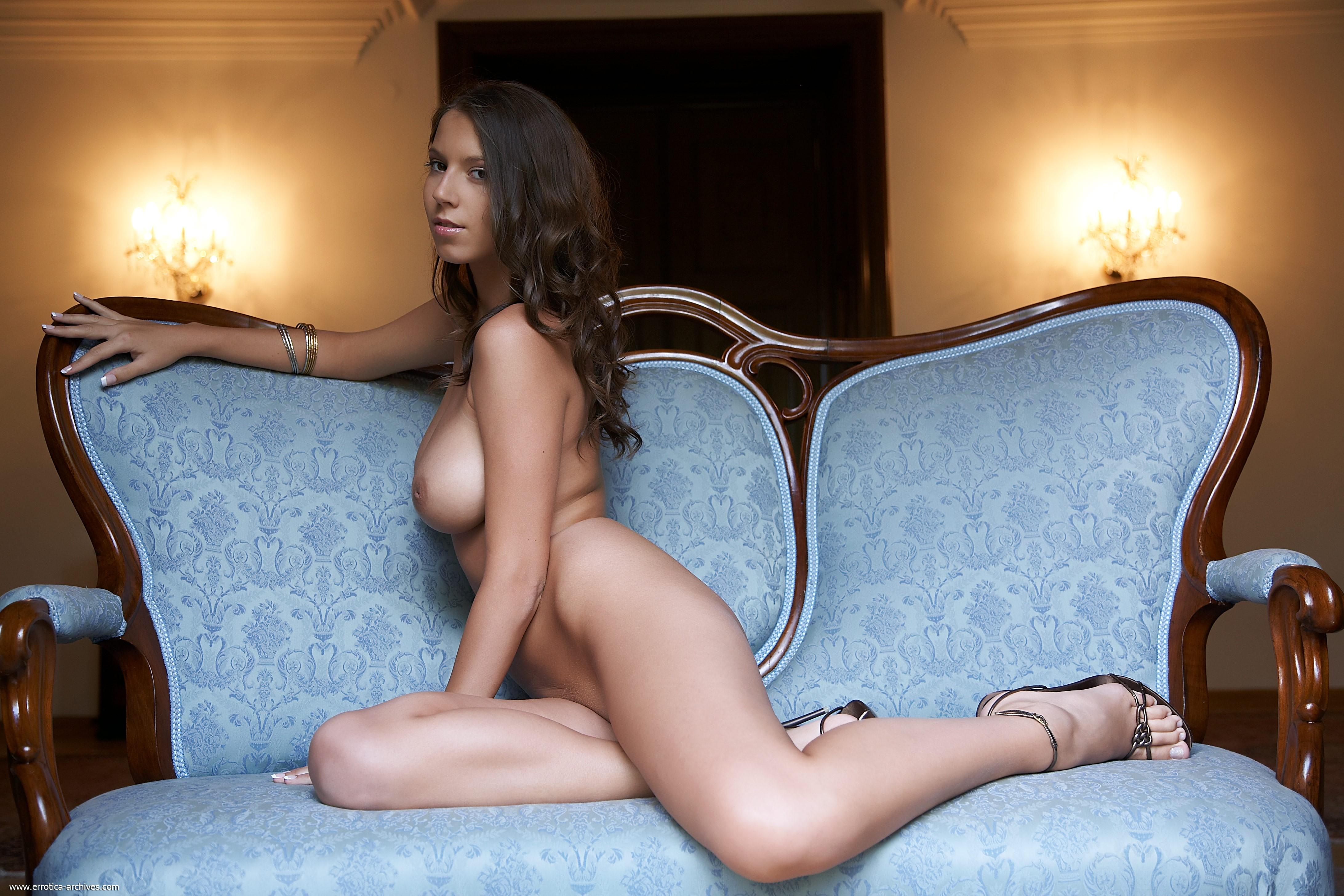 Голая красавица с сексуальным телом - фото