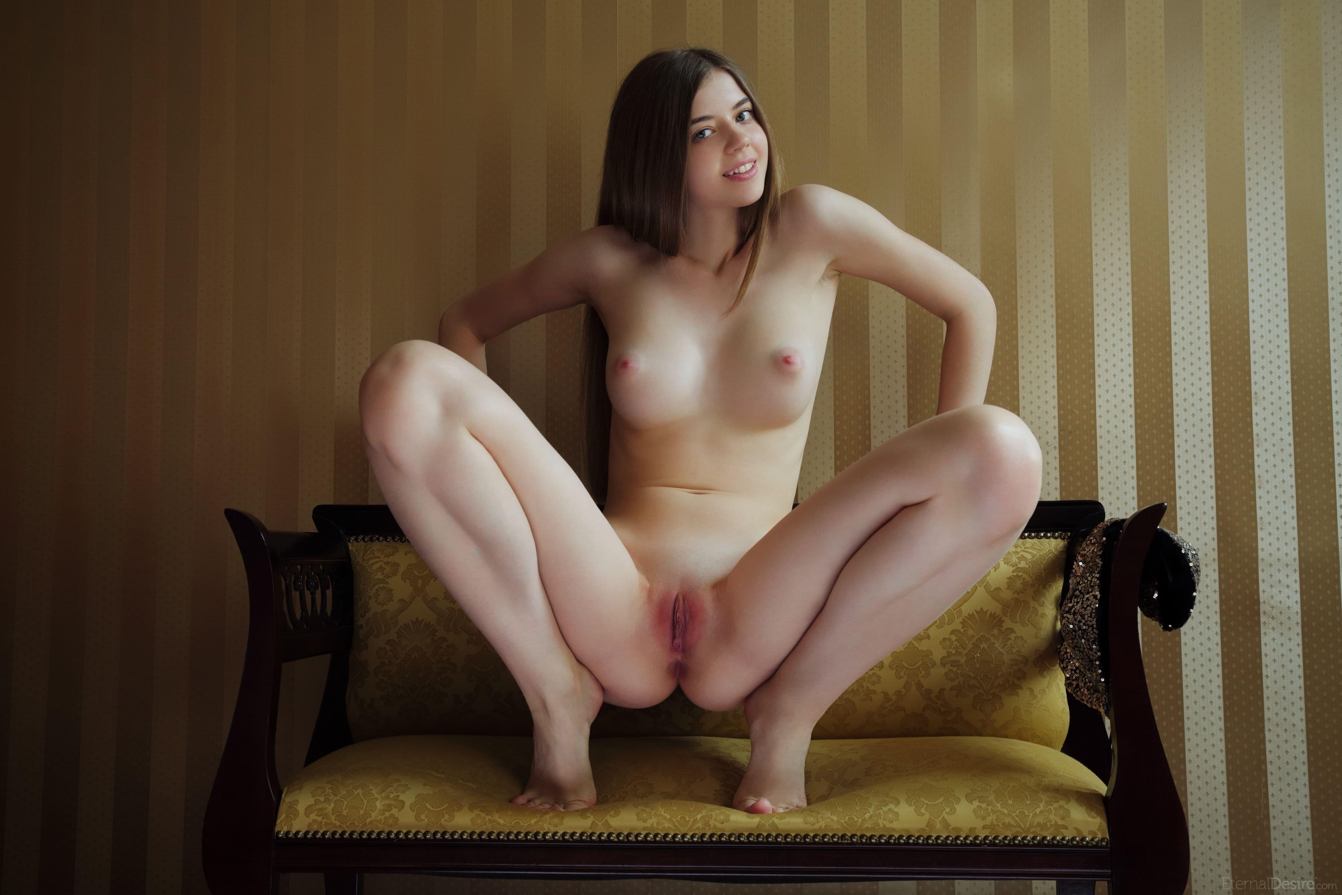 Голая девка раскрыла мокрое влагалище - фото