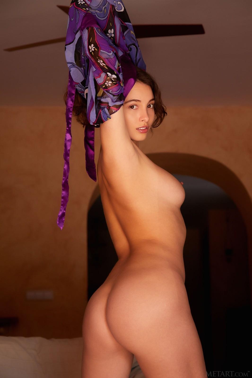 Шатенка демонстрирует красивую голую задницу - фото