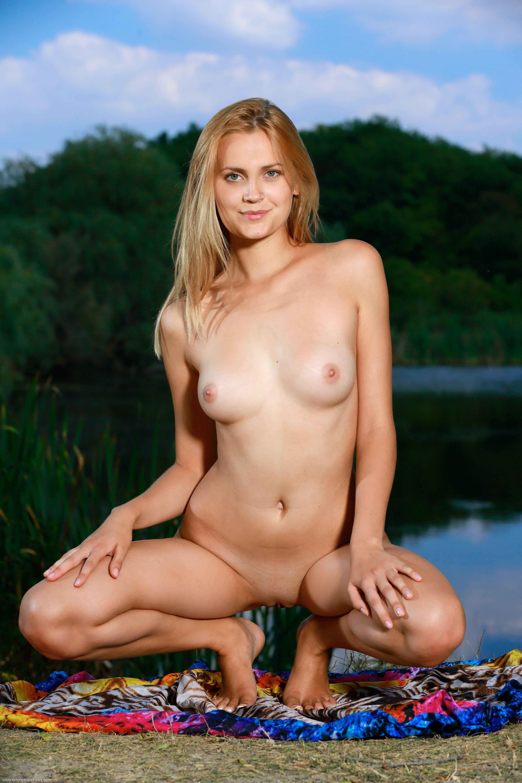 Девушка с голой писькой у озера - фото