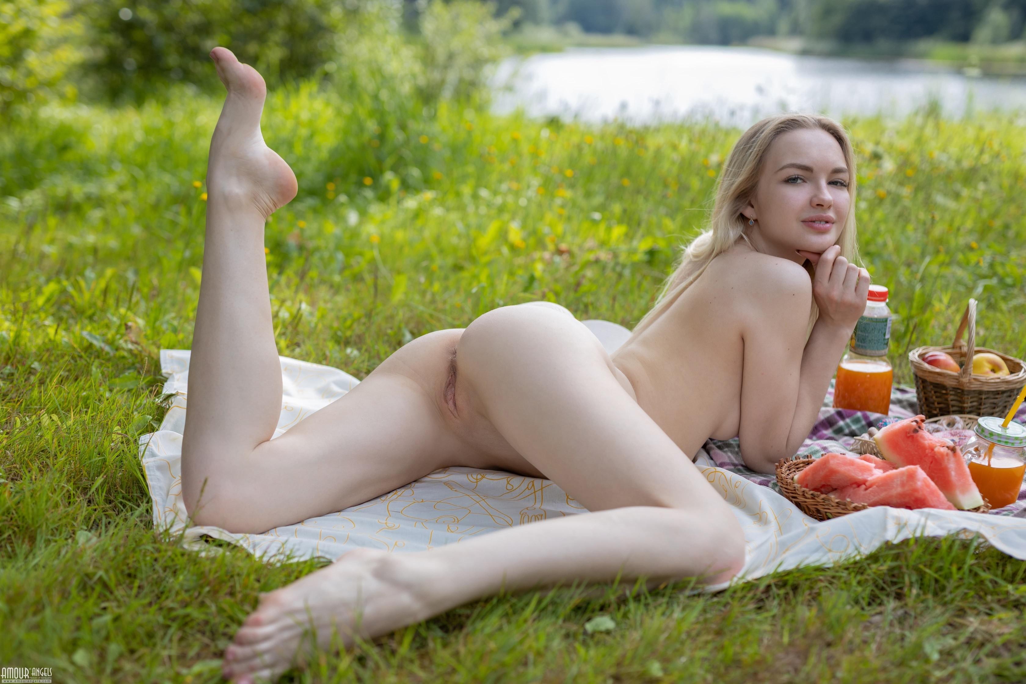 Блондинка показала письку и попку на пикнике - фото