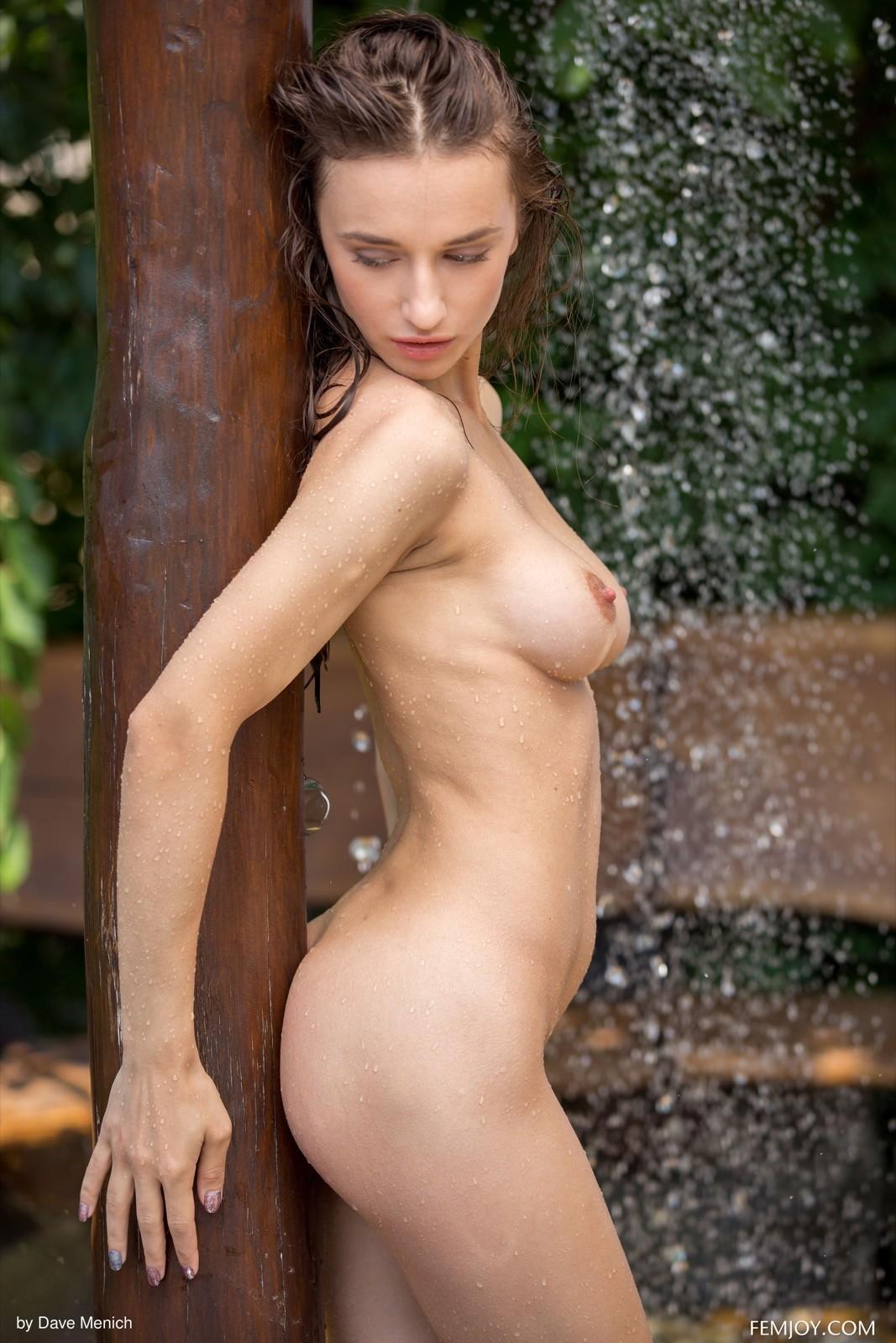 Девушка с красивой грудью принимает душ - фото