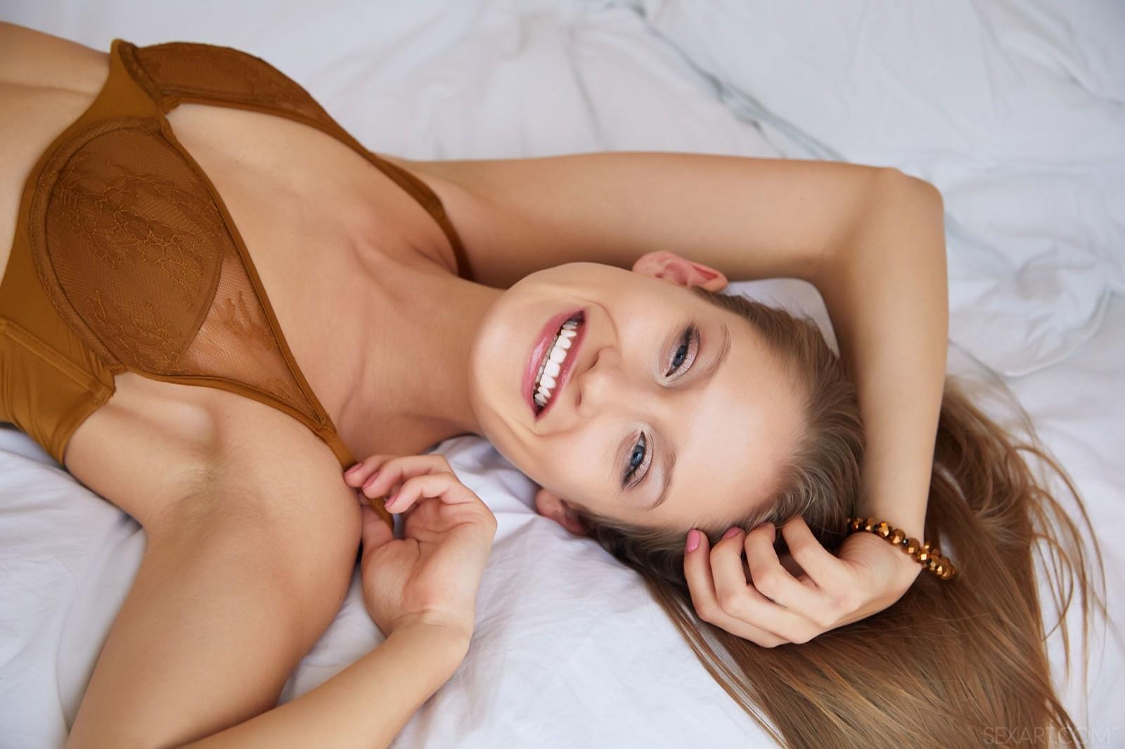 Девушка с красивыми ногами на кровати - фото