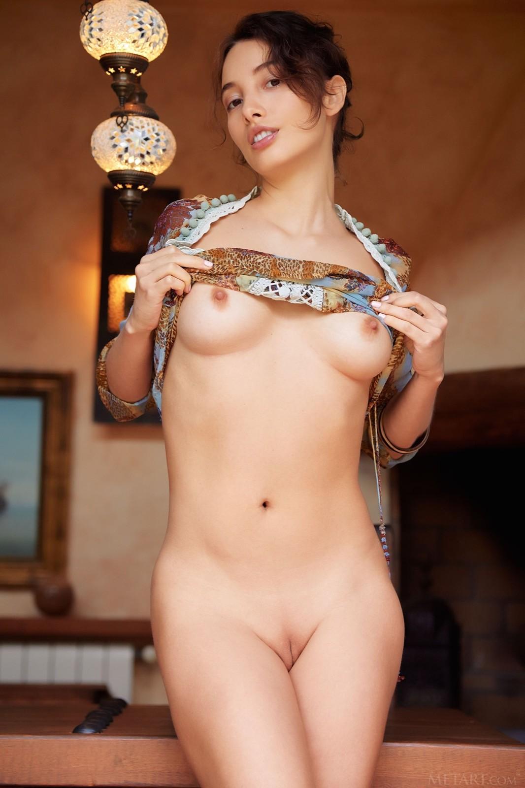 Девушка с красивой бритой киской - фото