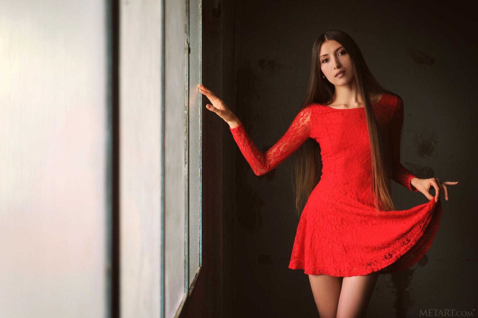 Голая писька под красным платьем - фото