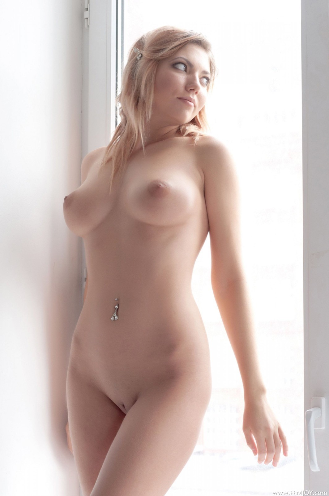 Голая блондинка с пирсингом в пупке - фото