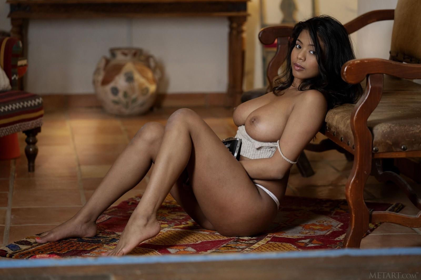 Чернокожая баба с сексуальными формами - фото