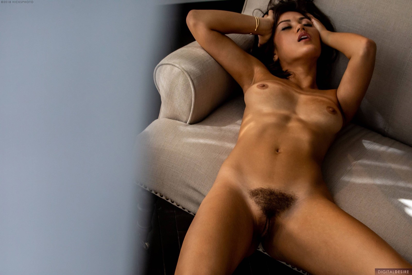 Девица обнажила волосатый лобок - фото