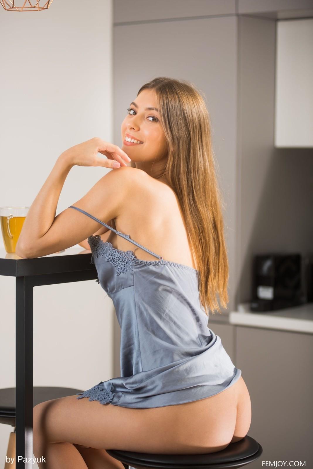 Красивая любовница в пеньюаре на кухне - фото