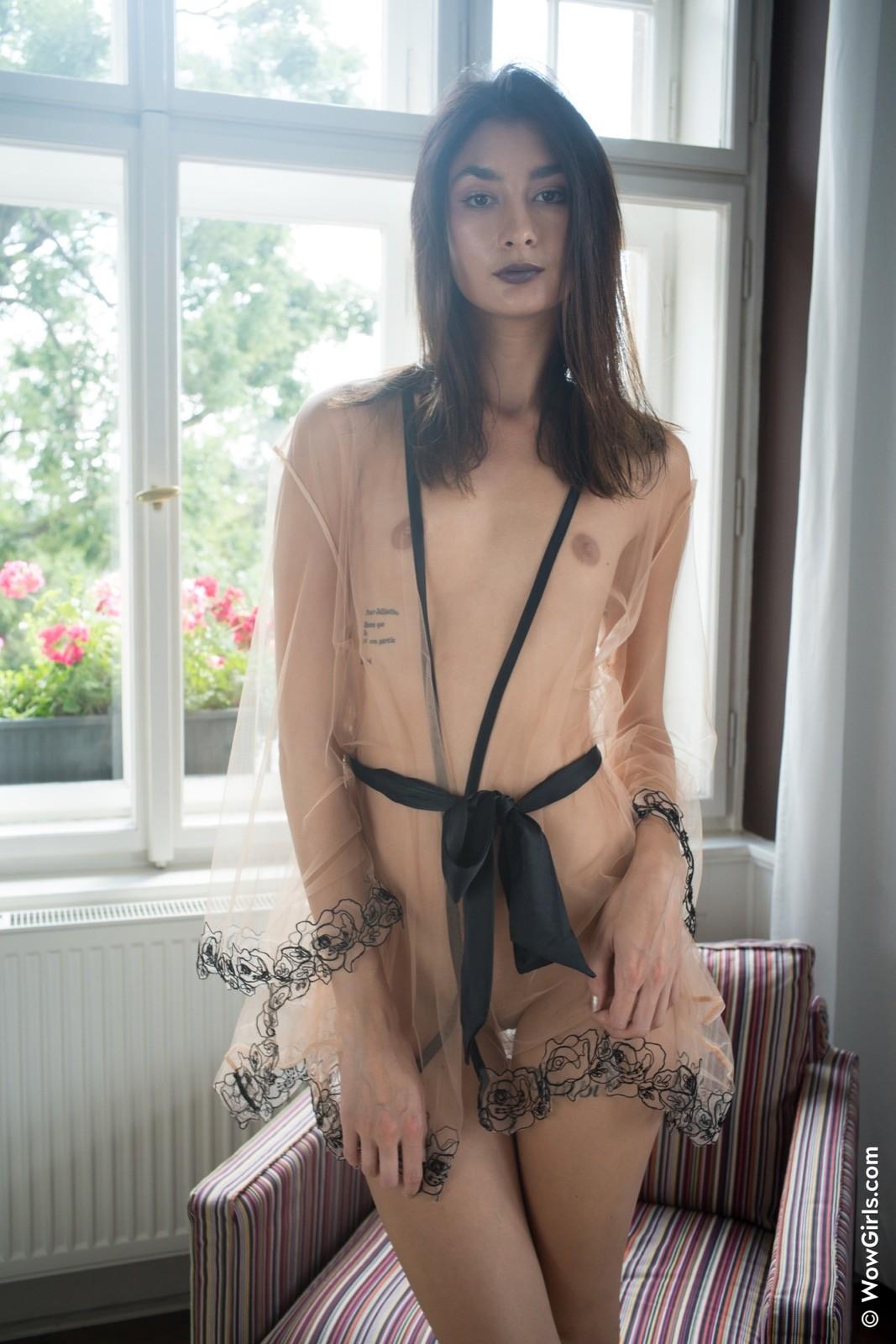 Стройняшка с плоской грудью в халатике - фото