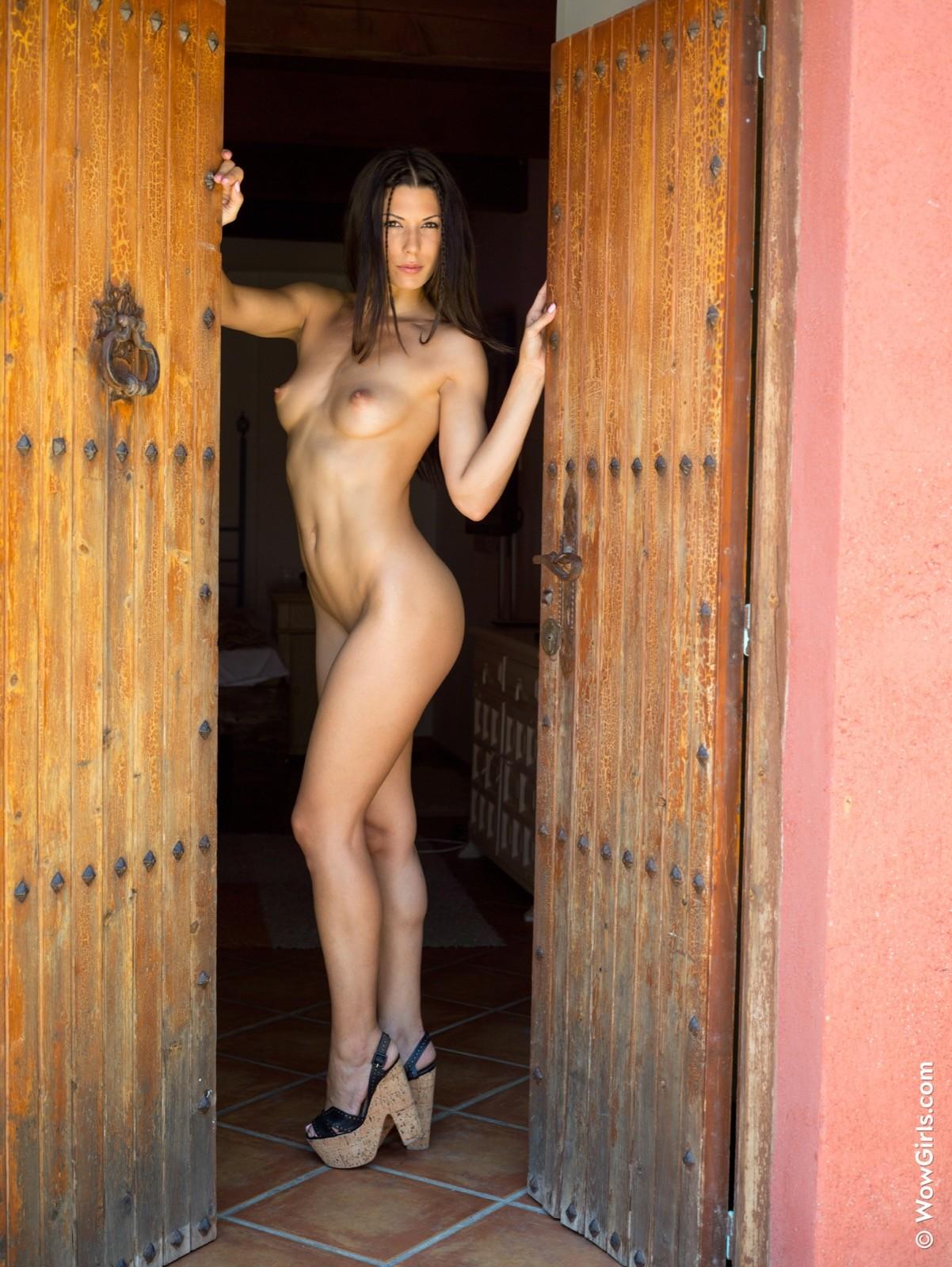 Брюнетка без трусов села на пол - фото