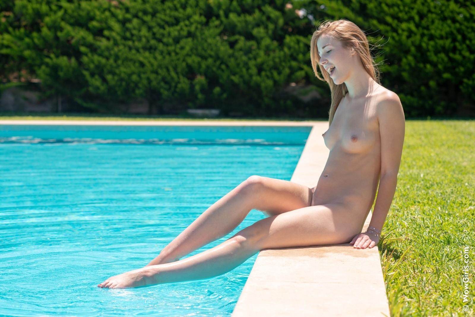 Красивая блондинка с небольшой грудью - фото