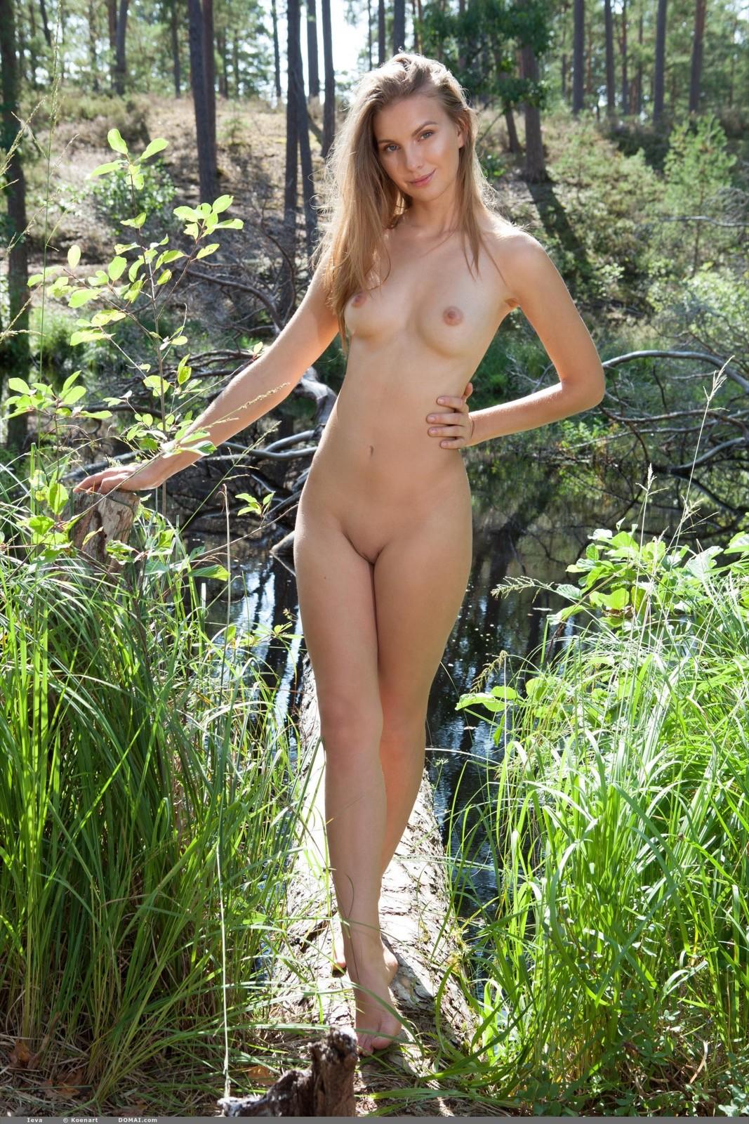 Голая девушка  у речки - фото